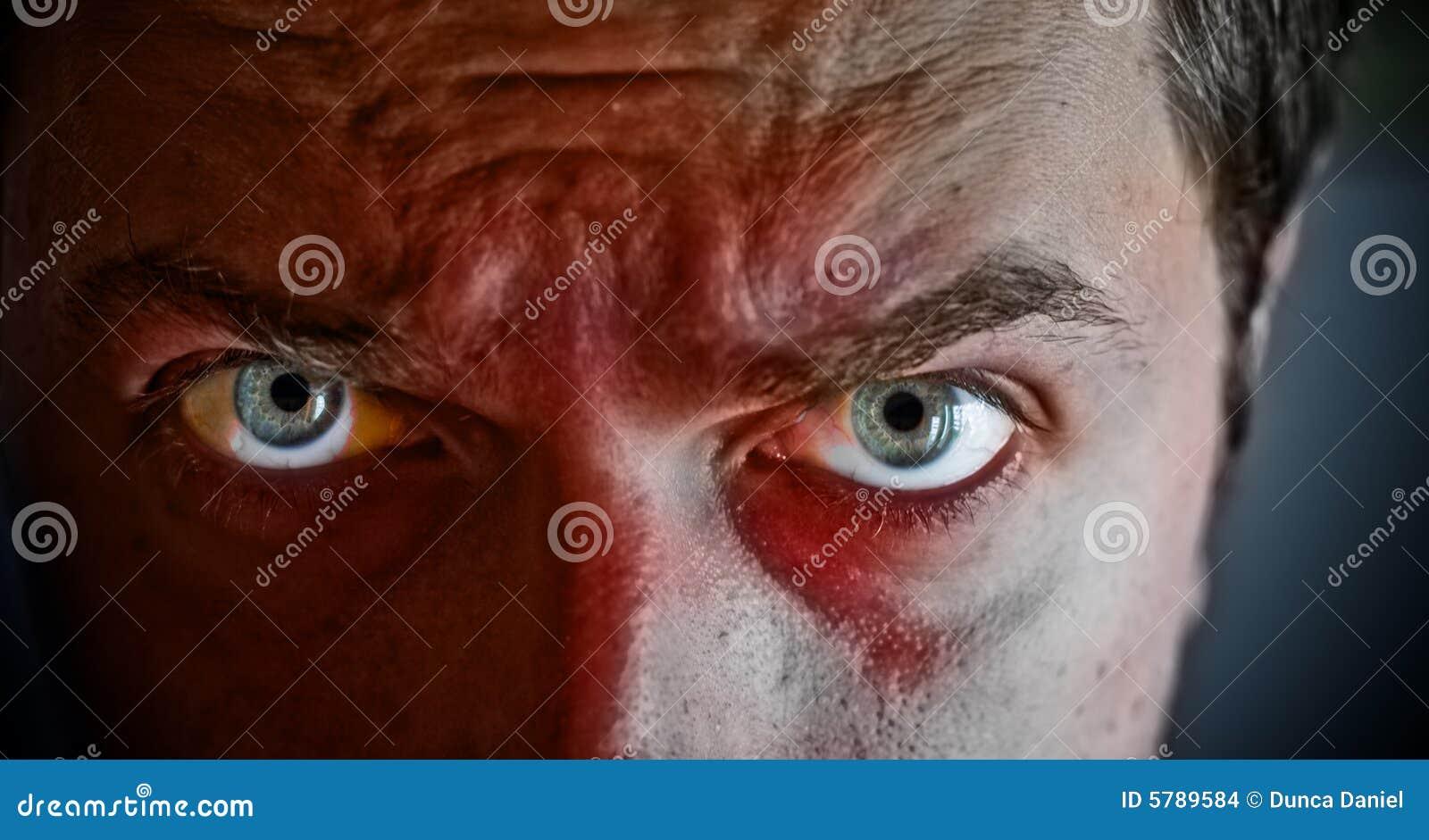 Criminal con sangre en su cara