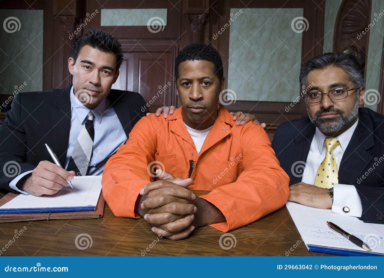 Criminal y abogados que se sientan en sala de tribunal