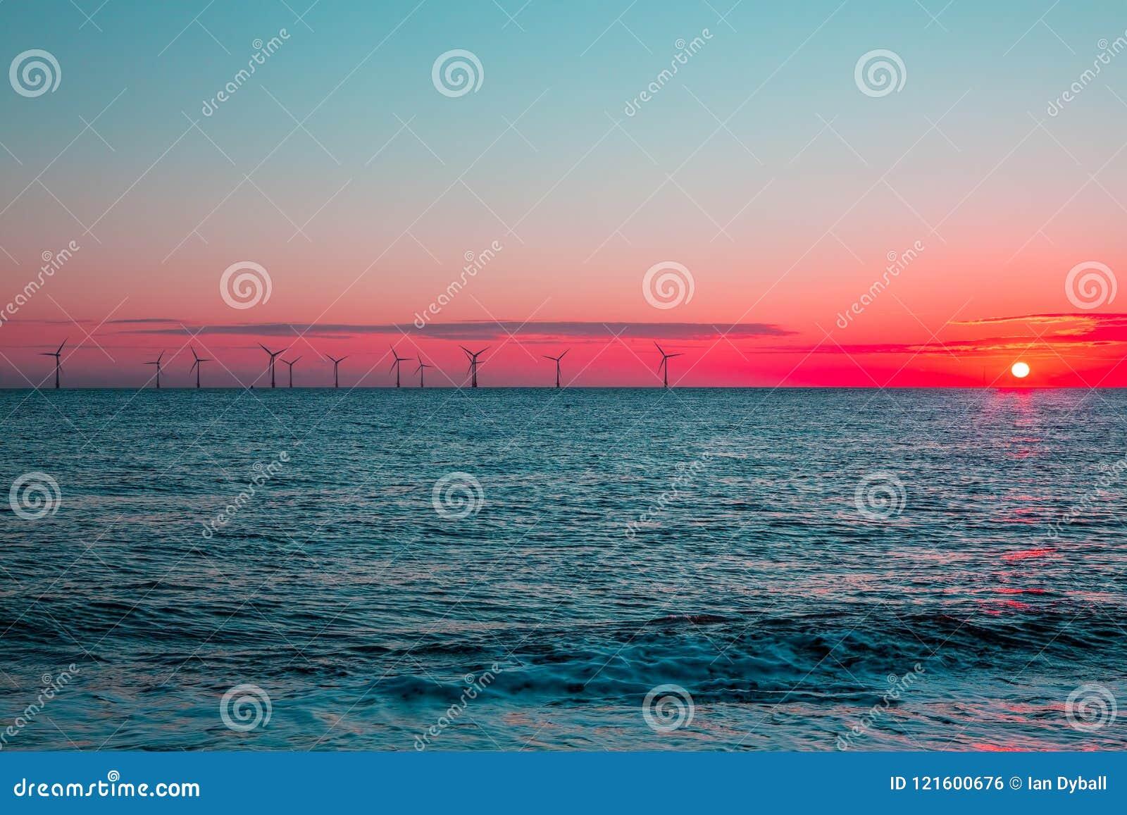 Crimson gryning Turbiner för lantgård för frånlands- vind för ren energi på sunris