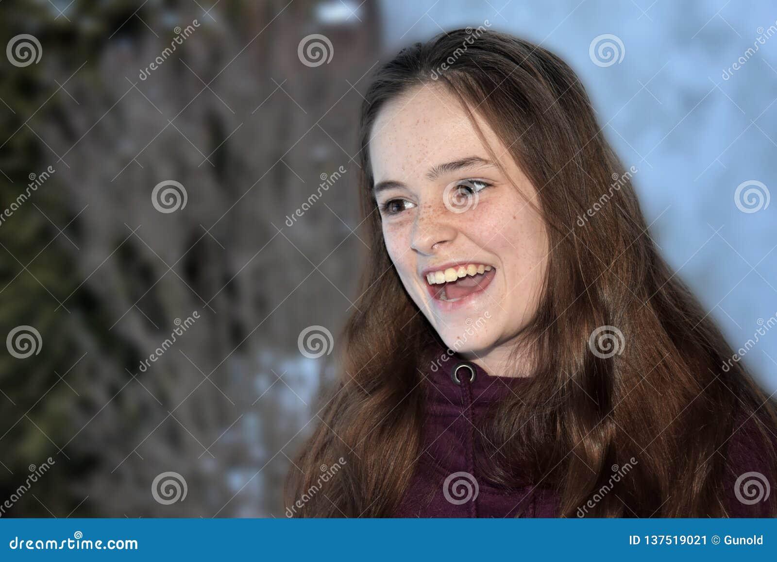 Cris perçants mignons d adolescente avec joie