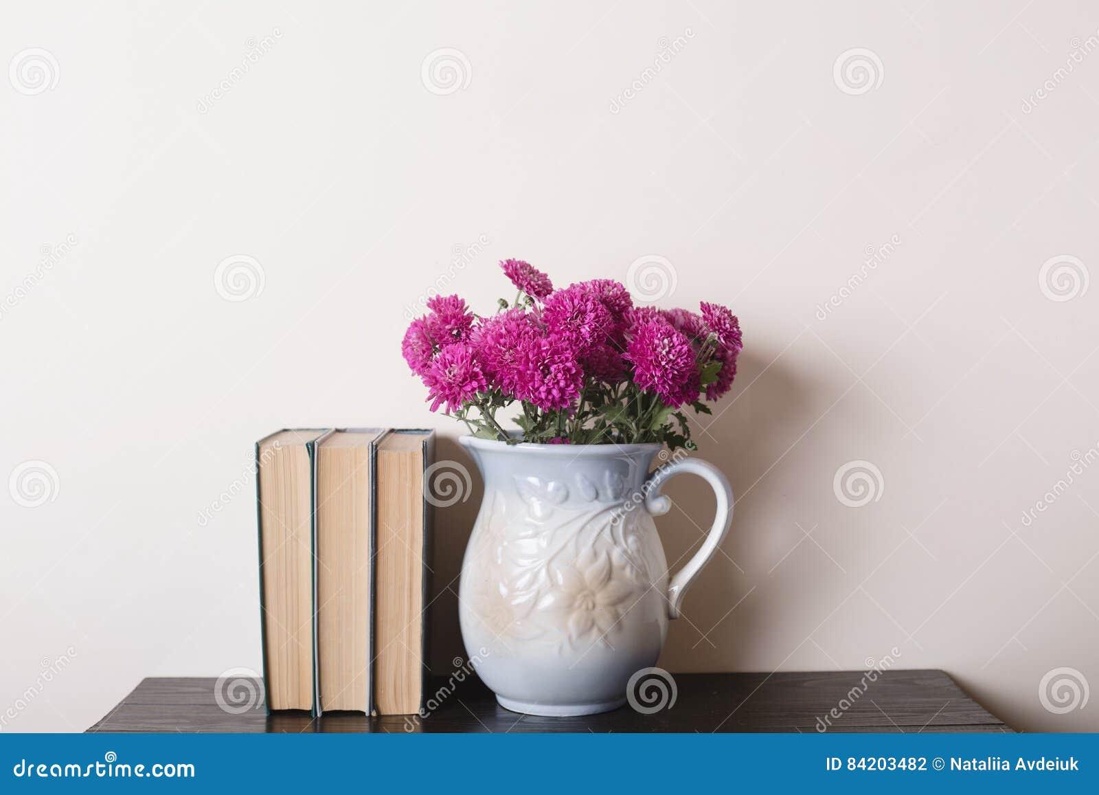 Crisantemo Rosado En Un Florero Y Libros De La Rareza De La Arcilla ...