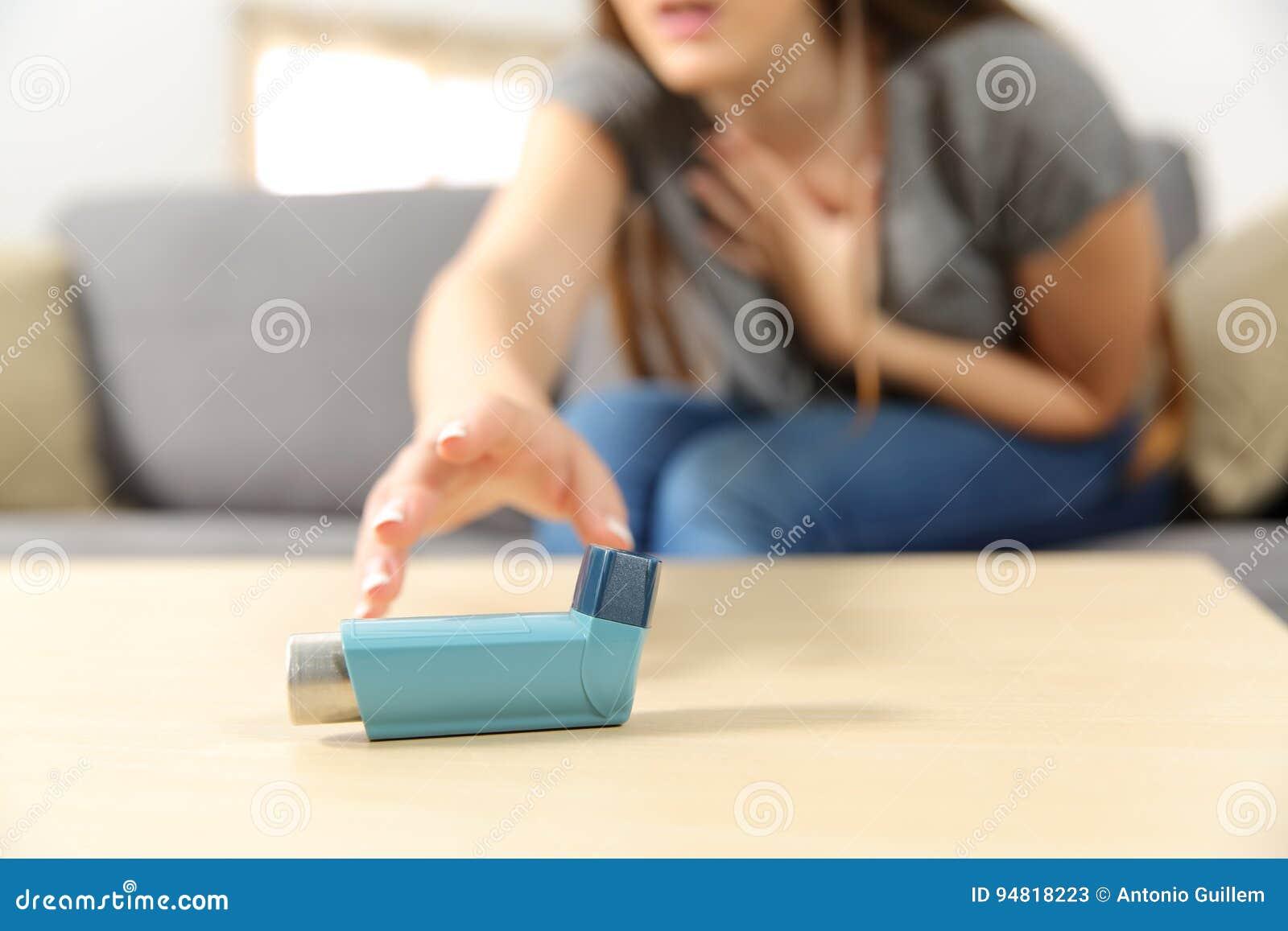 Crise d asthme de souffrance de fille atteignant l inhalateur