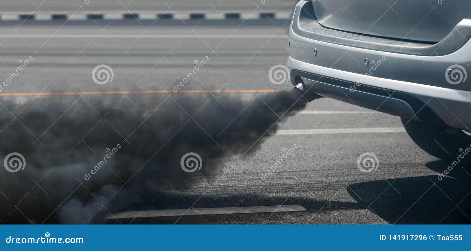 Crise de pollution atmosphérique dans la ville du pot d échappement de véhicule diesel sur la route