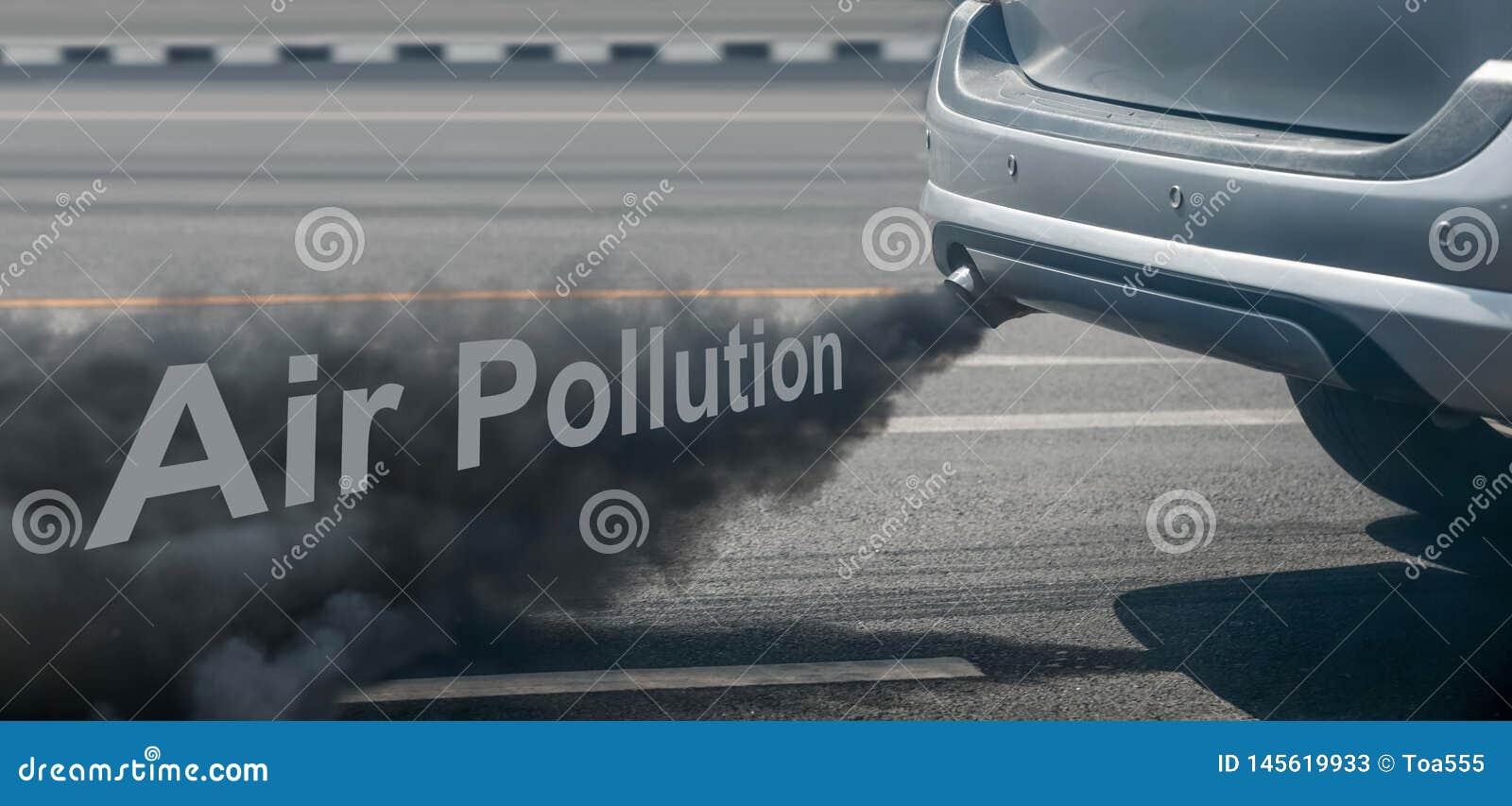 Crise de pollution atmosph?rique dans la ville du pot d ?chappement de v?hicule diesel sur la route