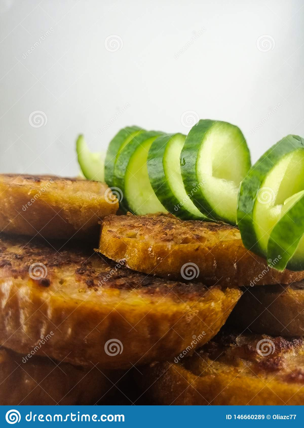 Crispy croutons with fresh cucumber