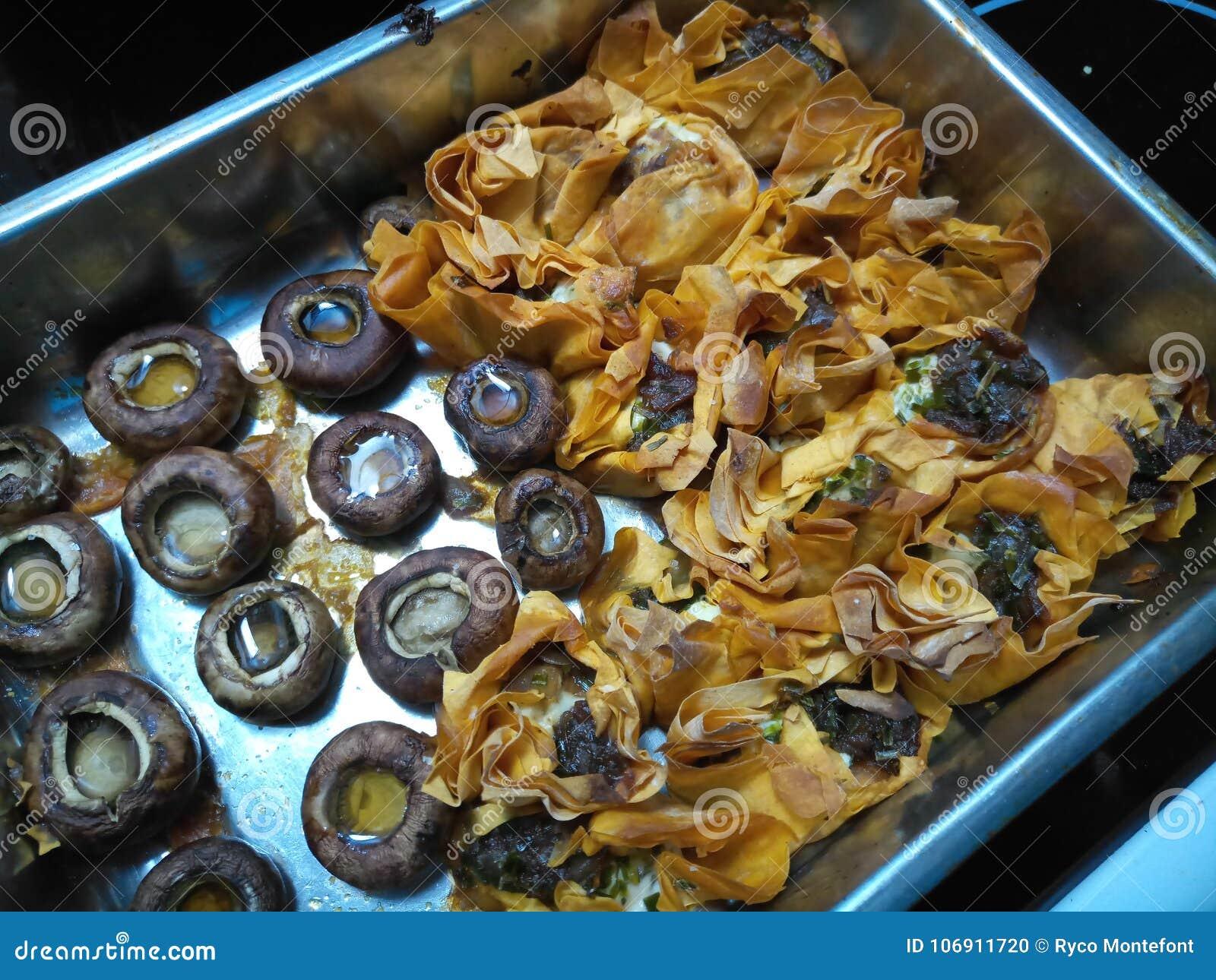 Crispy gotujący papryki natchnący tartlets z pieczarkami