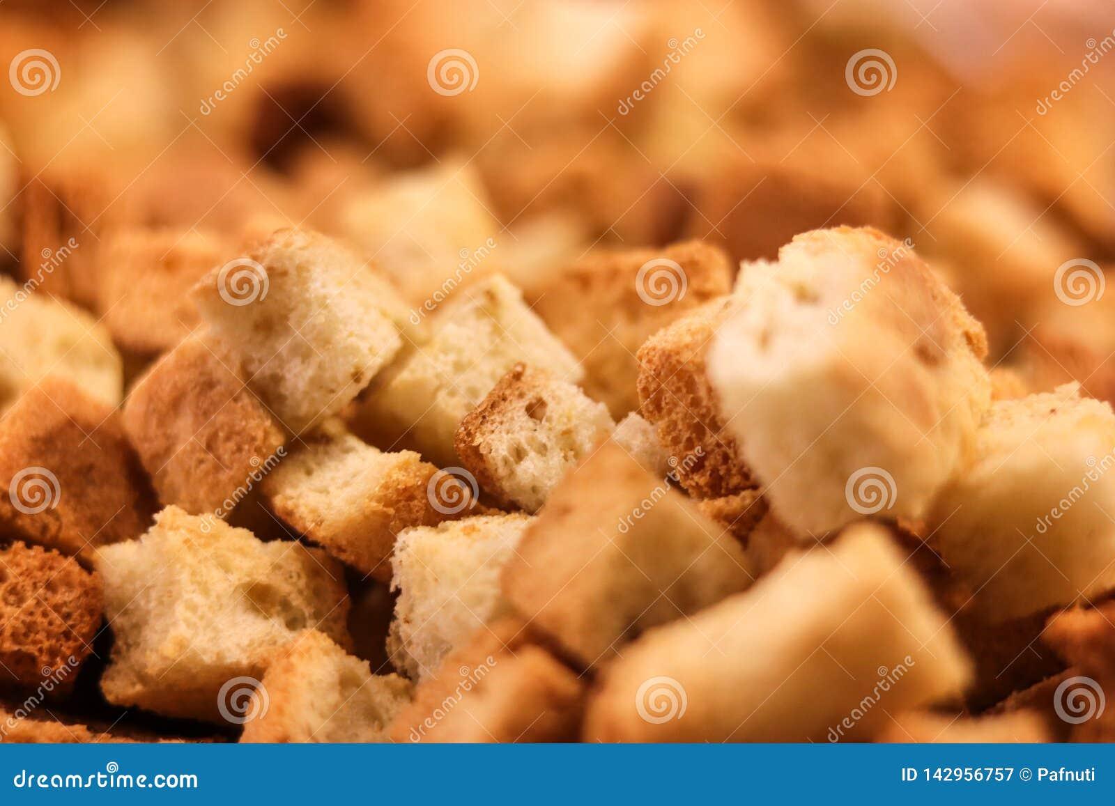 Crispy złoci świeżo smażeni croutons