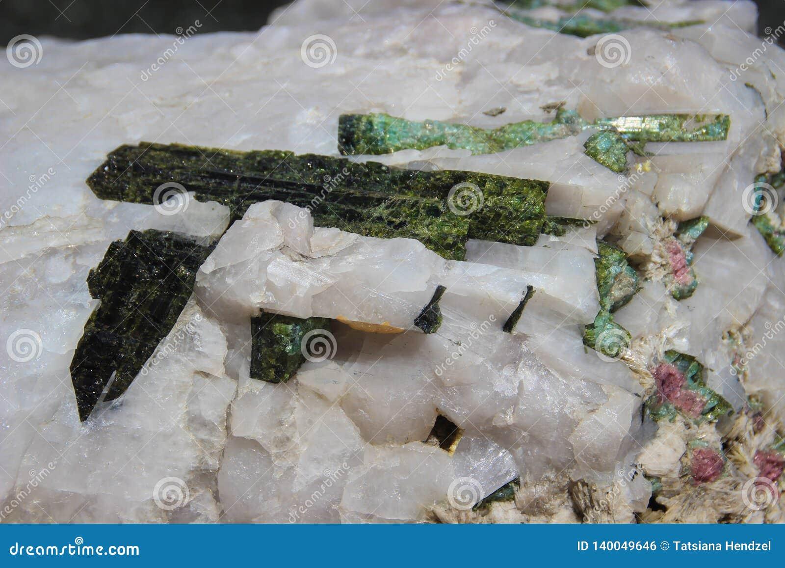 Cristais bonitos mágicos do quartzo verde e branco Macro
