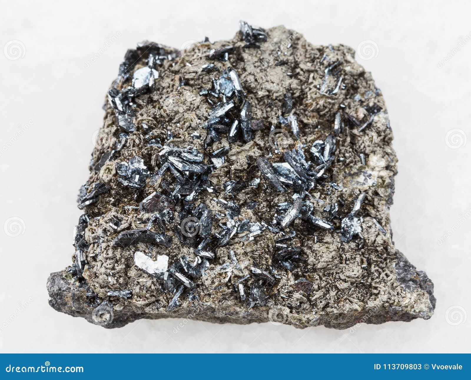 b8a17ad6d0c Cristais De Magnetita Na Pedra áspera No Branco Imagem de Stock ...