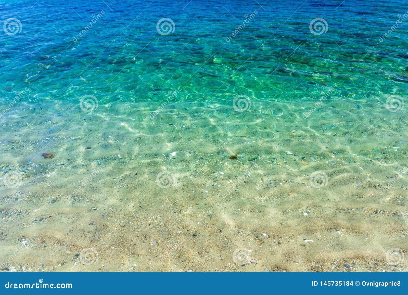 Cristal duidelijk turkoois tropisch water met wit zand in Aninuan-strand, Puerto Galera, Oosterse Mindoro in de Filippijnen, bove