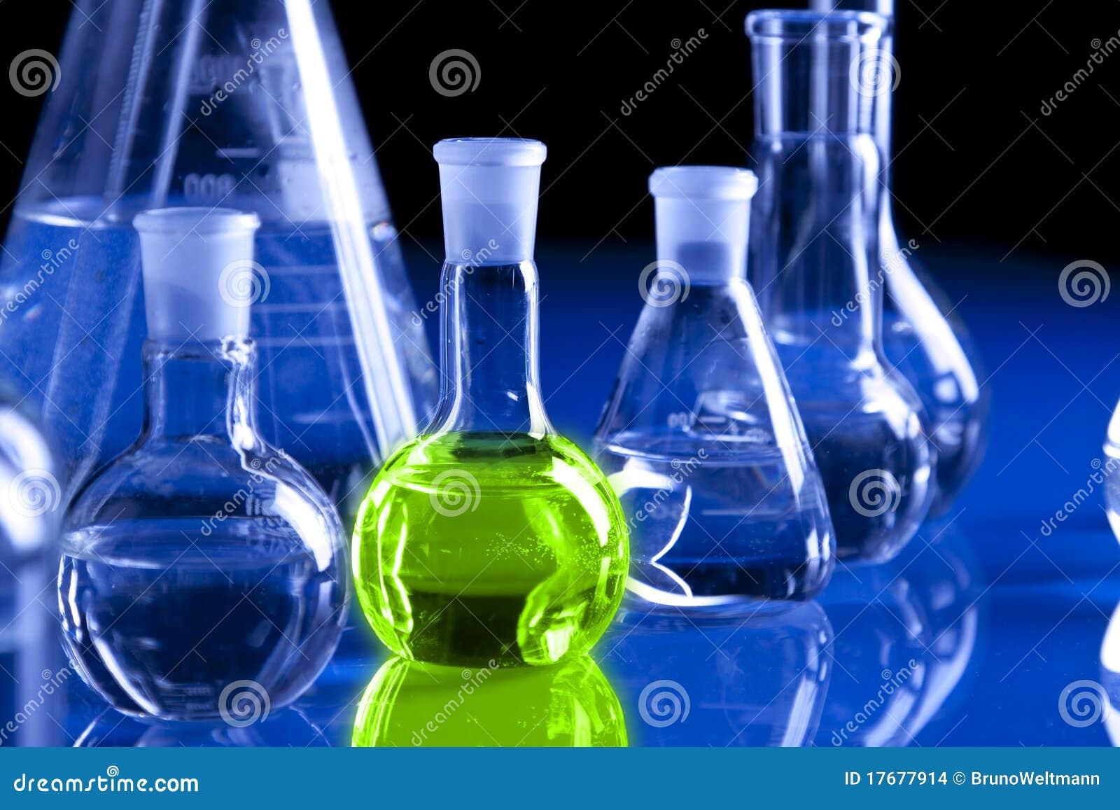 Cristalería de laboratorio en fondo azul