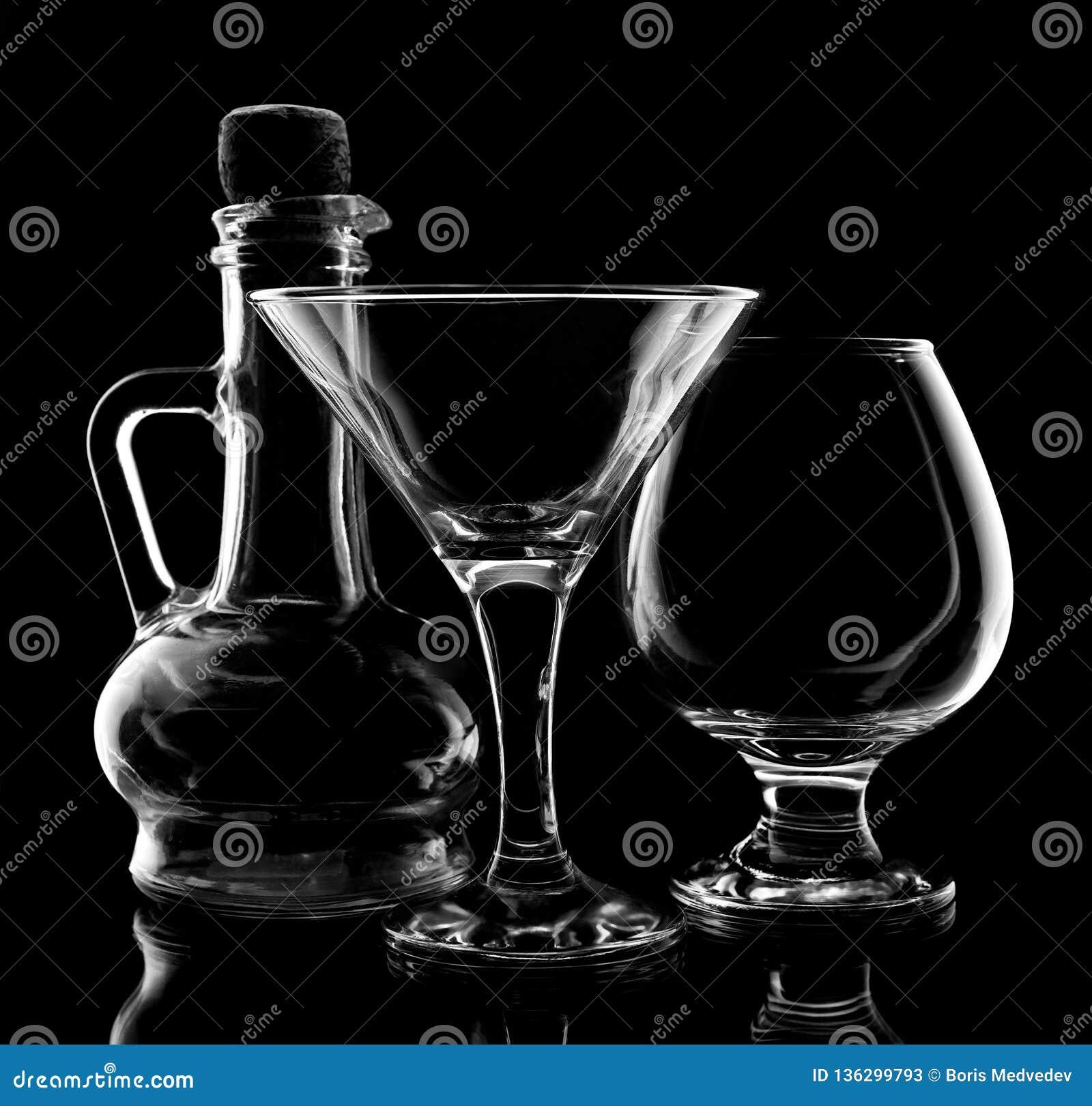 Cristalería para el primer de las bebidas en fondo negro