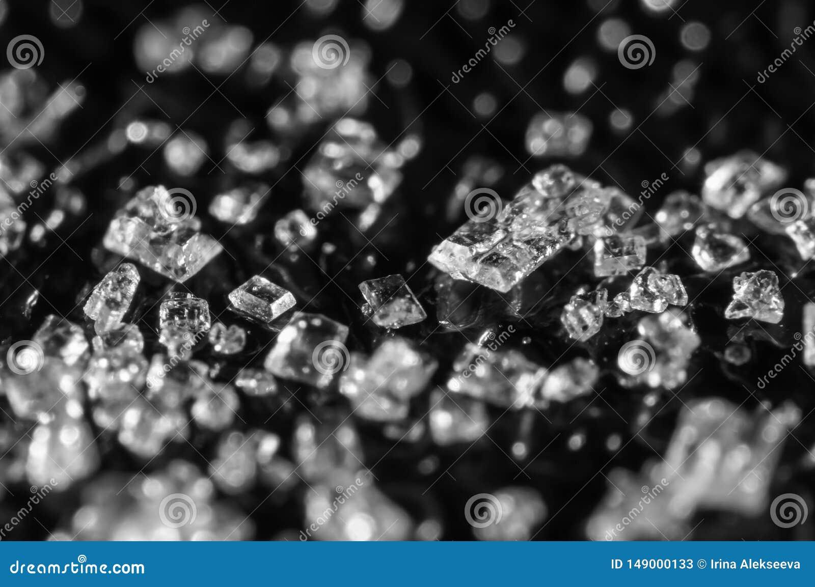 Cristales del az?car en un fondo negro Macro estupenda Foco suave, profundidad del campo baja Imagen blanco y negro