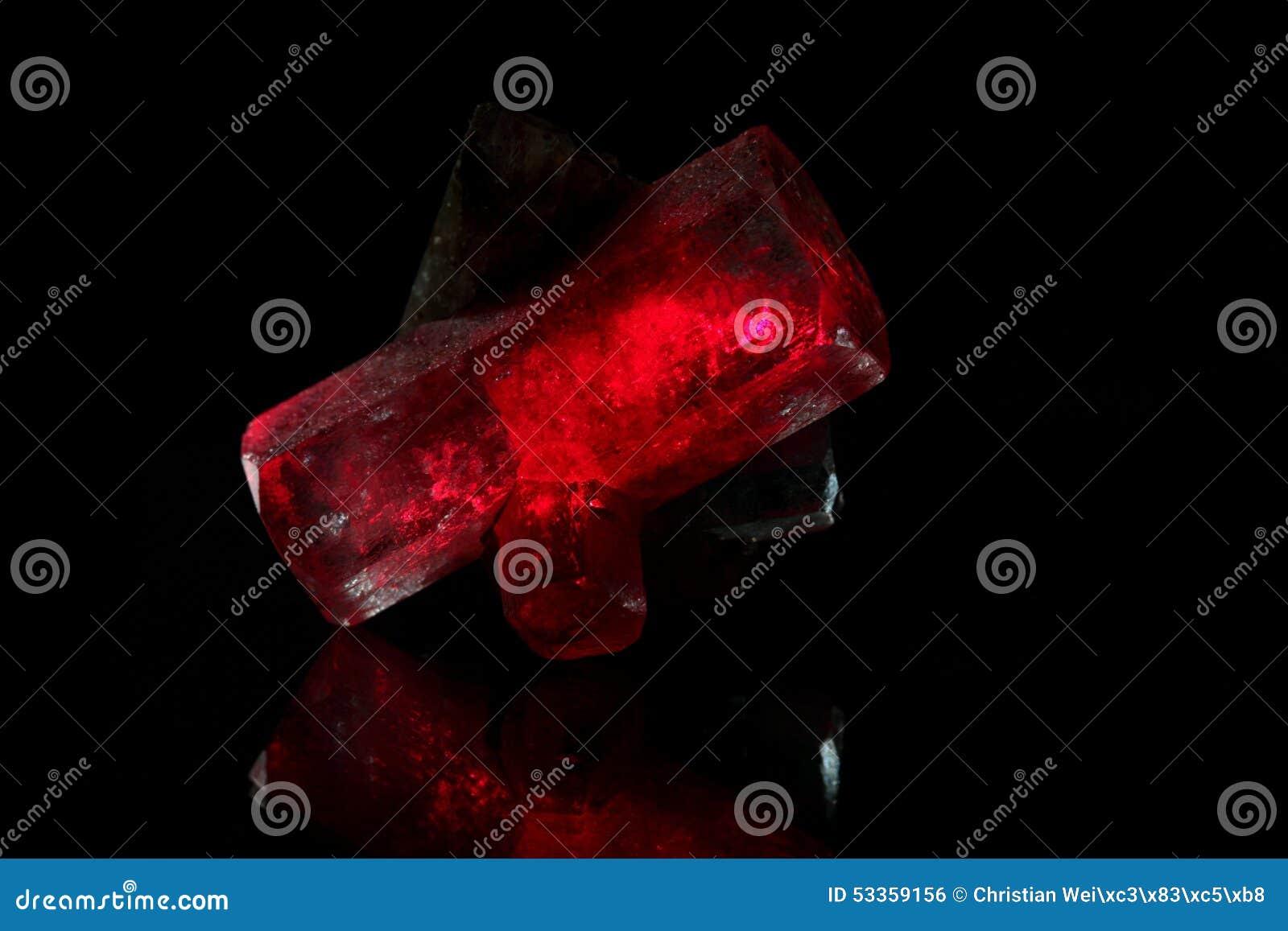 Cristaux rougeoyants rouges