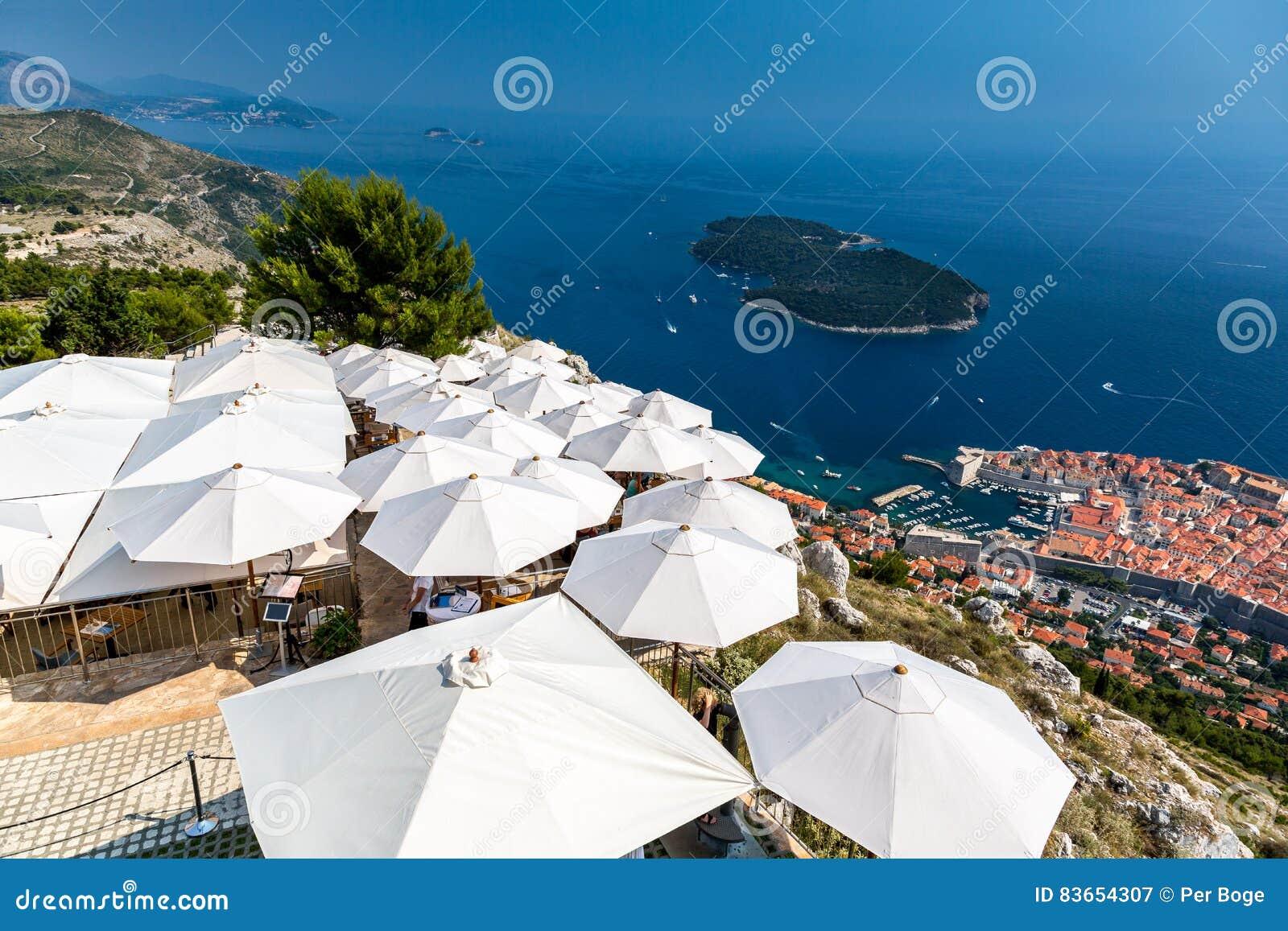 Croatia dubrovnik Bästa sikt över restaurang med solparaplyer och den gamla staden under