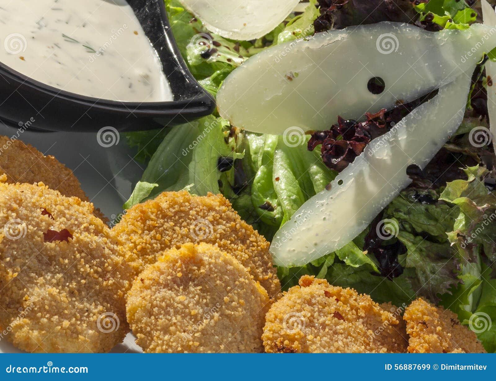 Crocchette fritte nel grasso bollente del formaggio servite con la salsa di aglio