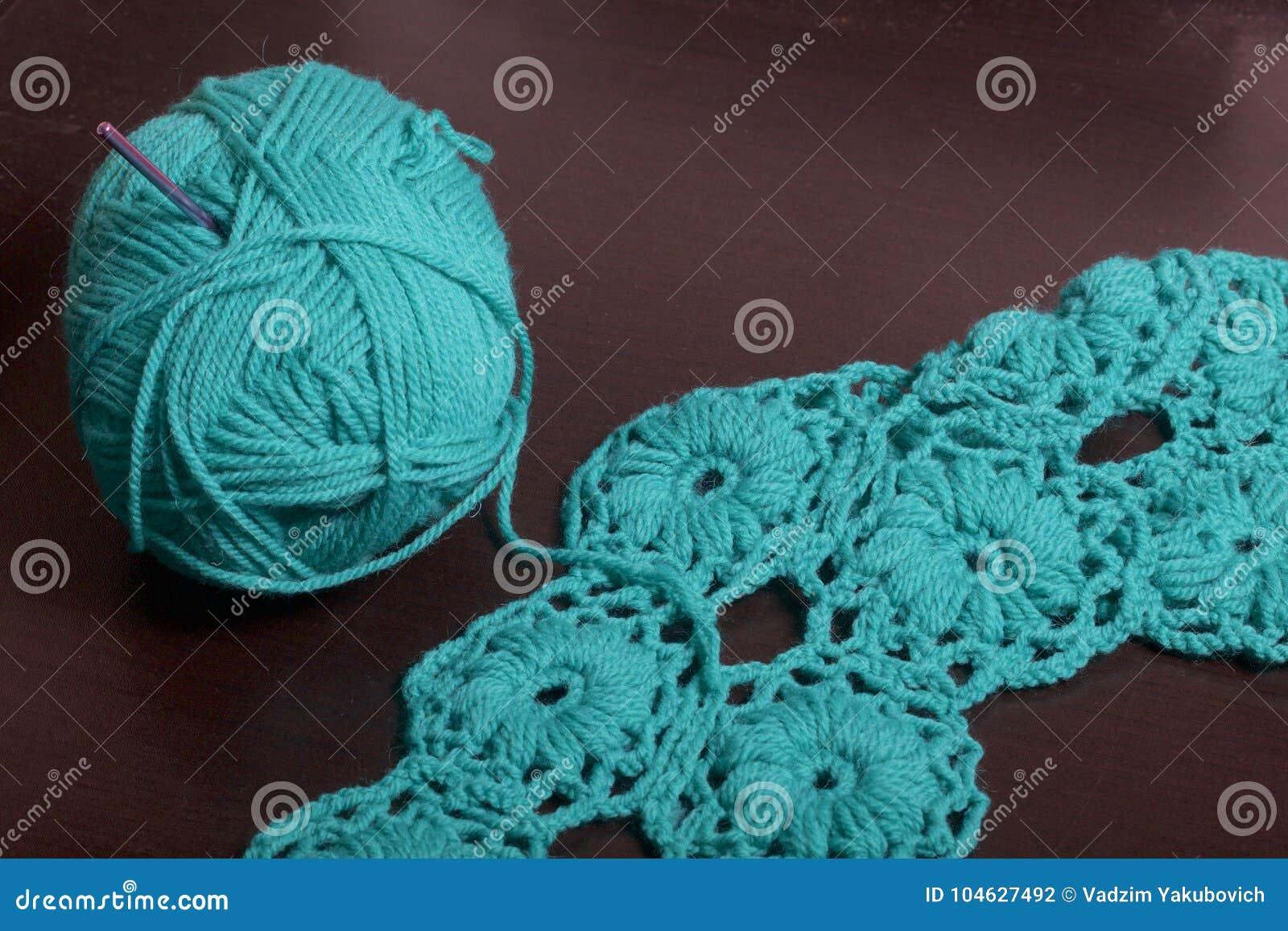 Download Crochet Op Dark Ligt De Oppervlakte Van De Lijst Een Onvolledig Gebreid Product Met Breinaalden En Een Bal Van Smaragdgroen-gekle Stock Foto - Afbeelding bestaande uit brei, achtergrond: 104627492