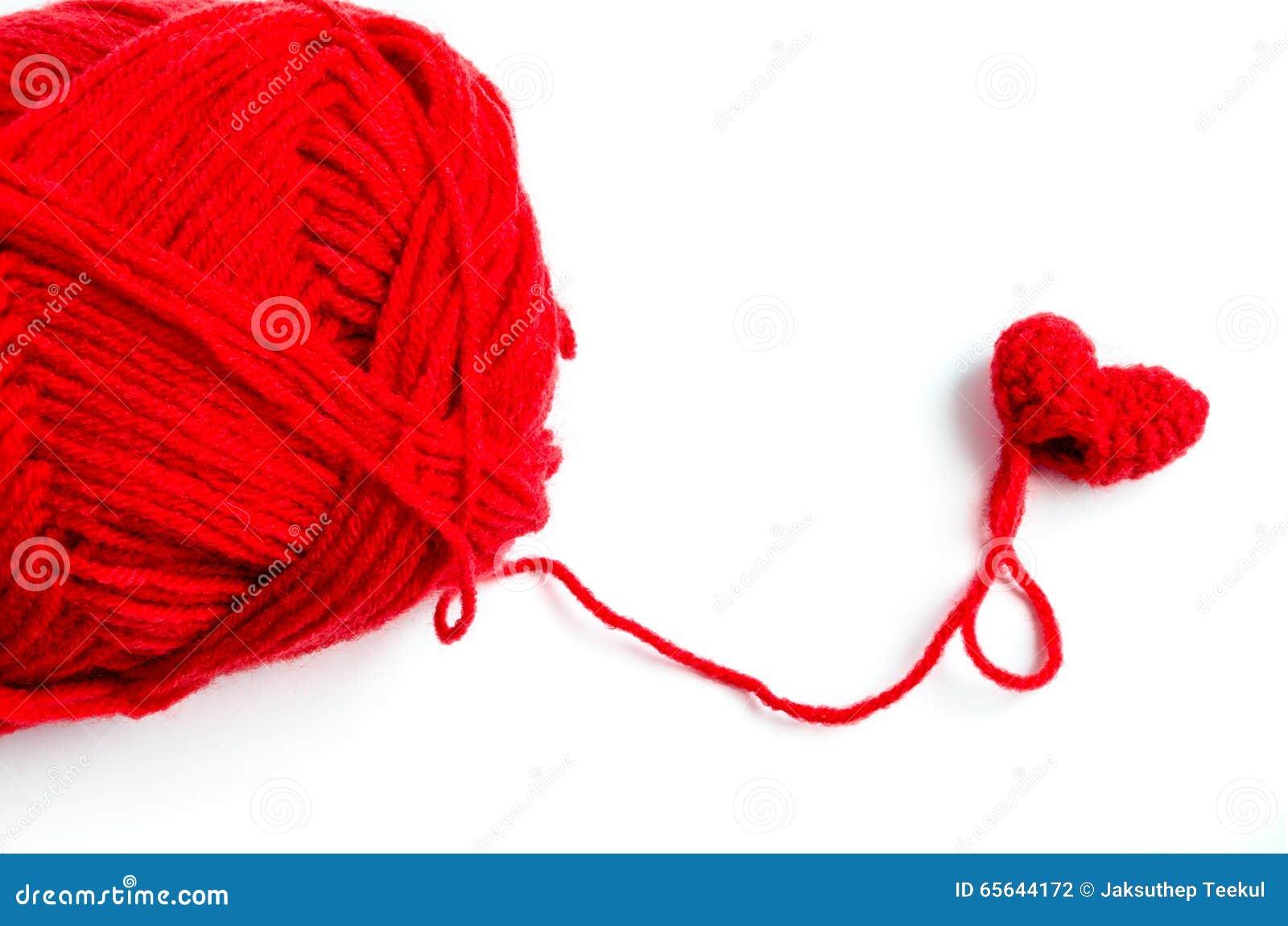 Crochet rouge de coeur avec le fil sur le fond blanc