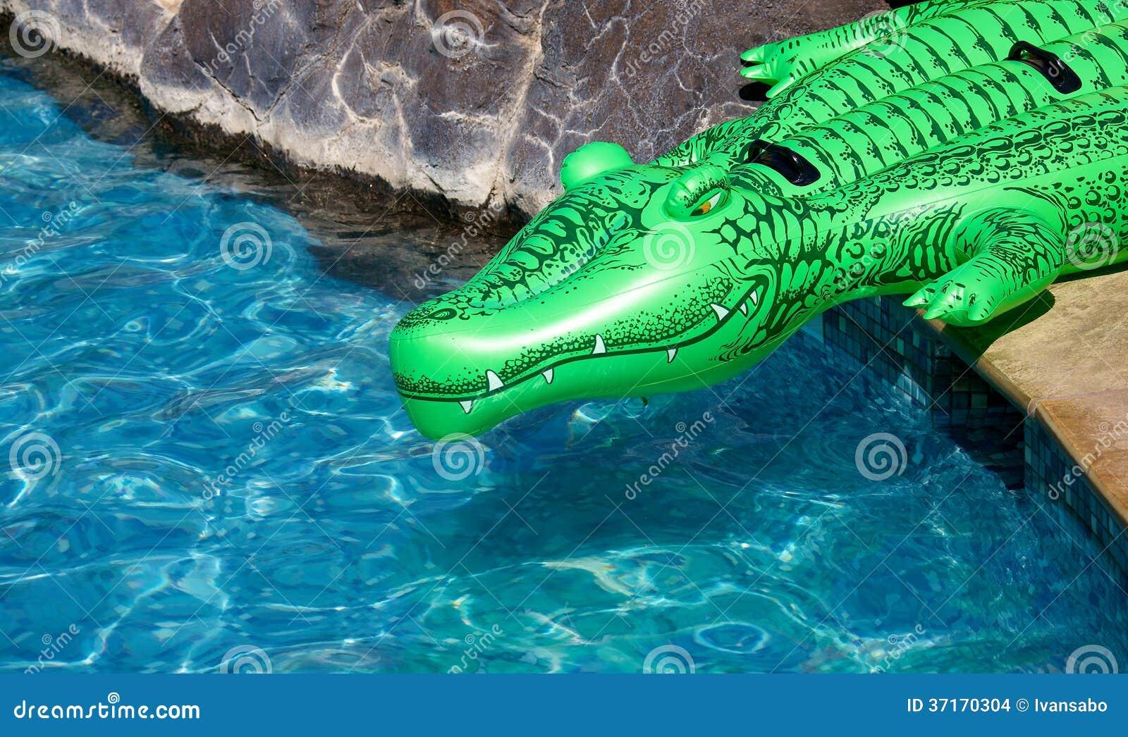 Crocodile gonflable images stock image 37170304 for Attaque de crocodile dans une piscine