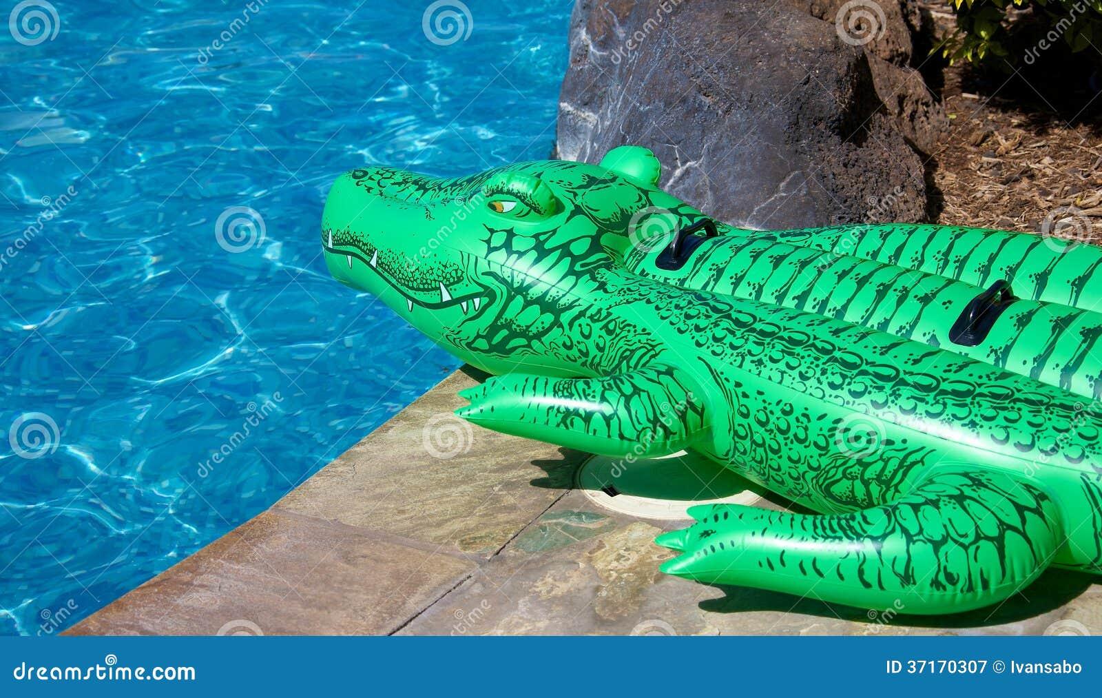 Crocodile gonflable photographie stock libre de droits for Animaux gonflable piscine