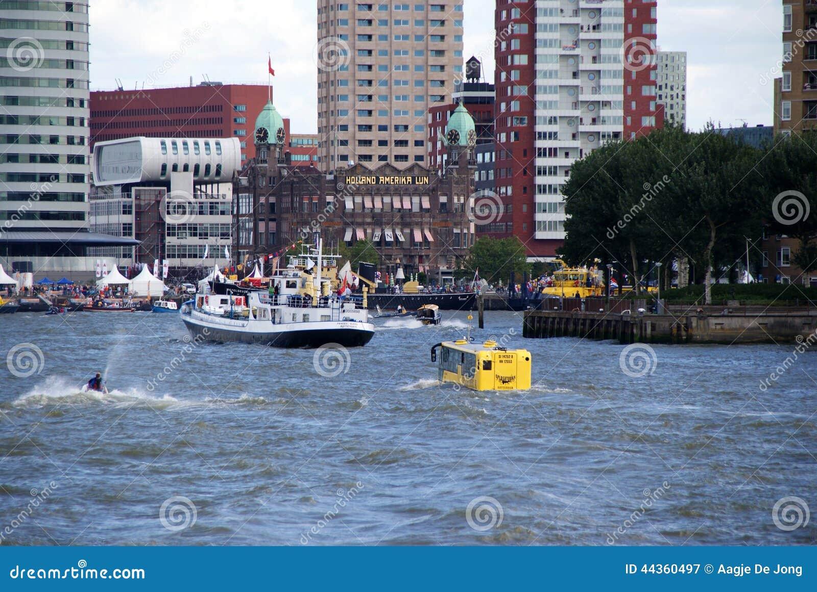 Crogiolo di bus in porto di Rotterdam
