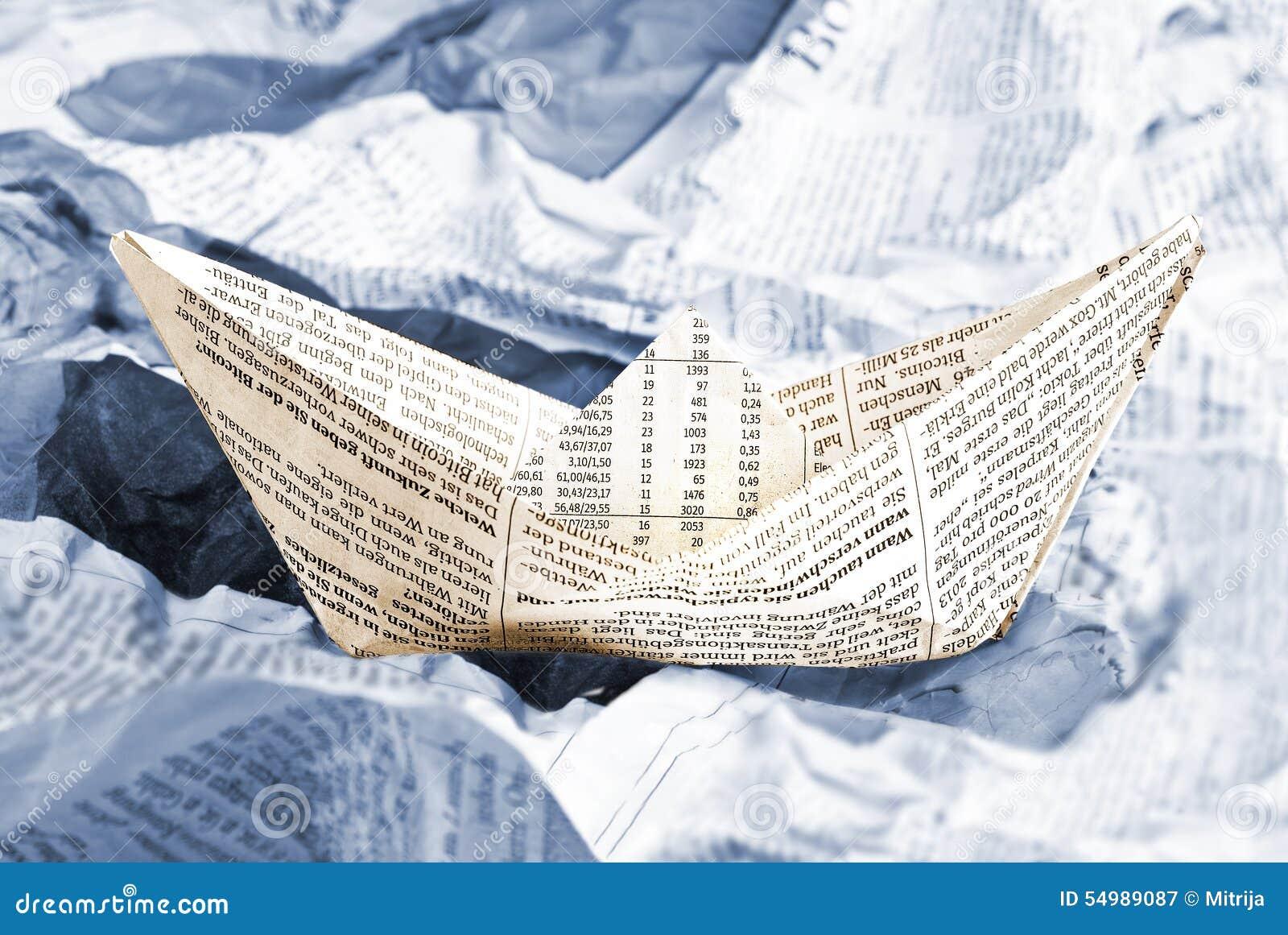 Crogiolo di giornale sopra le onde dei giornali