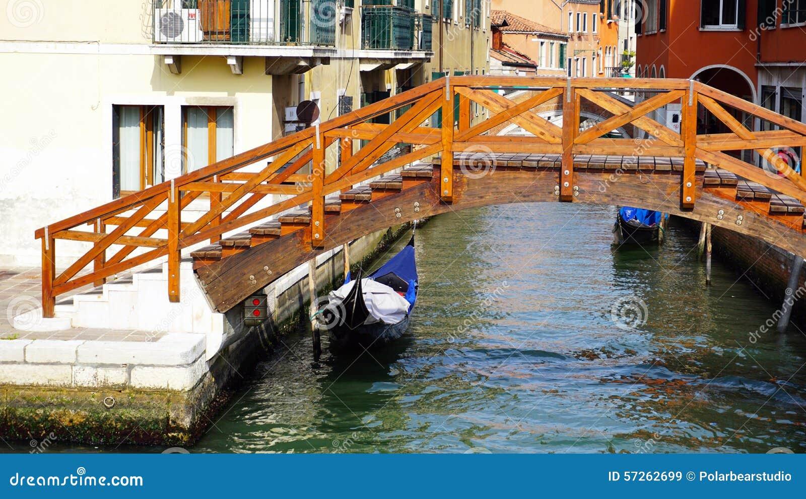 Crogiolo di ponte di legno, del canale e della gondola in vecchia città