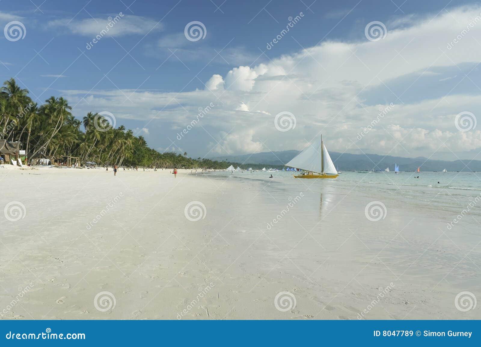 Crogiolo di vela bianco della spiaggia dell isola di Boracay Filippine