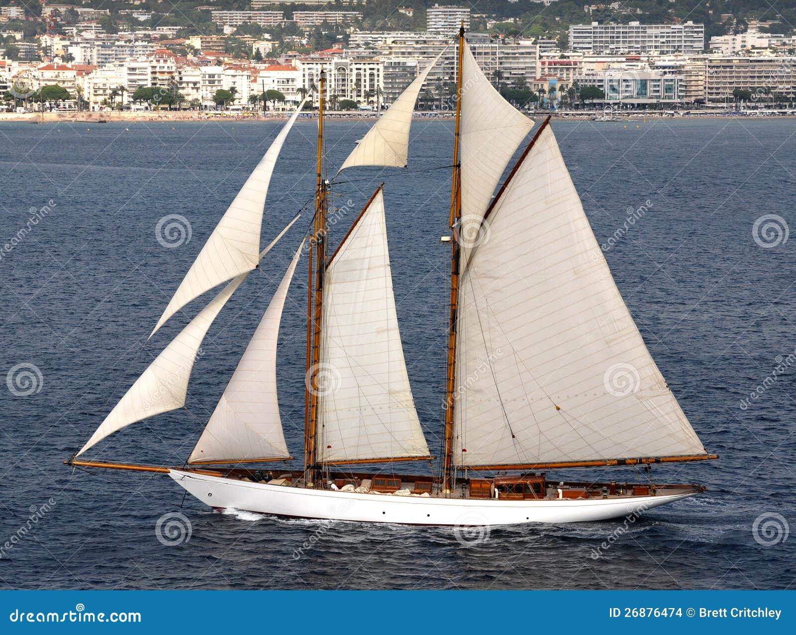 Crogiolo di vela con le vele