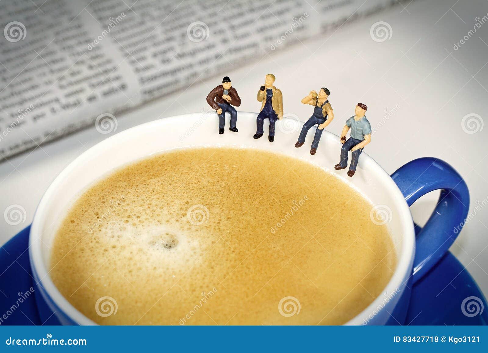 Croissant γλυκό φλυτζανιών καφέ σπασιμάτων ανασκόπησης