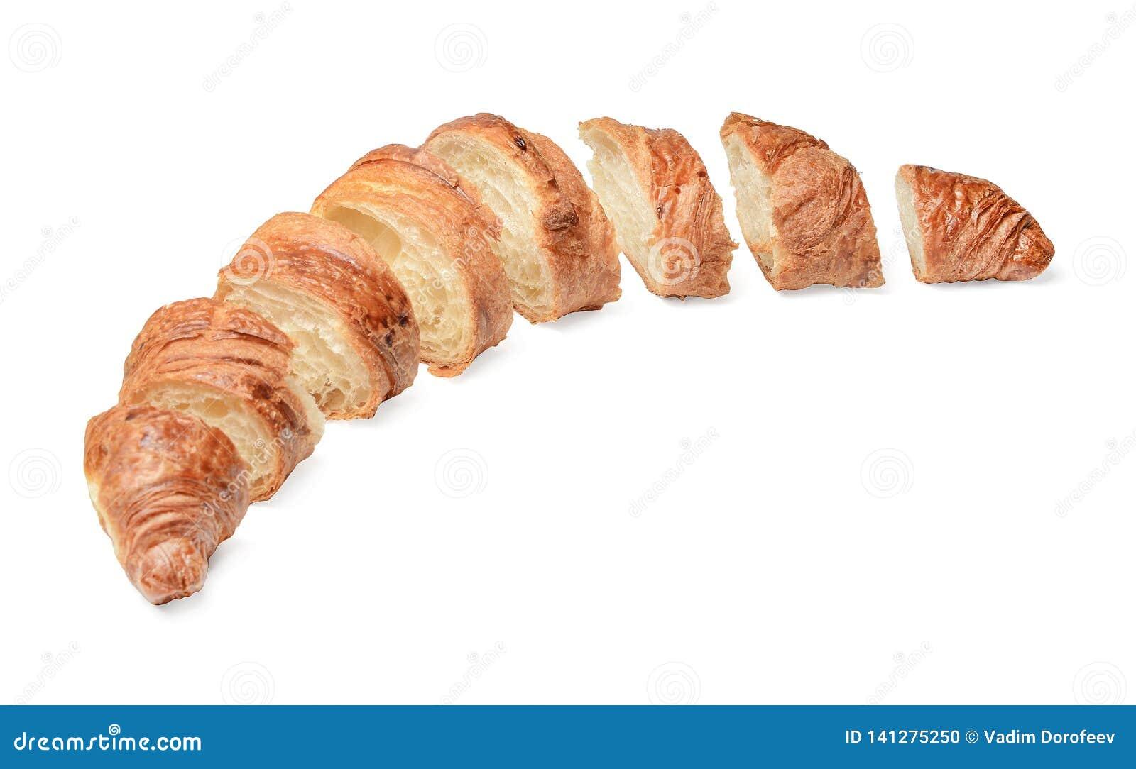 Croissant affettato di recente al forno su fondo isolato bianco Vista laterale superiore
