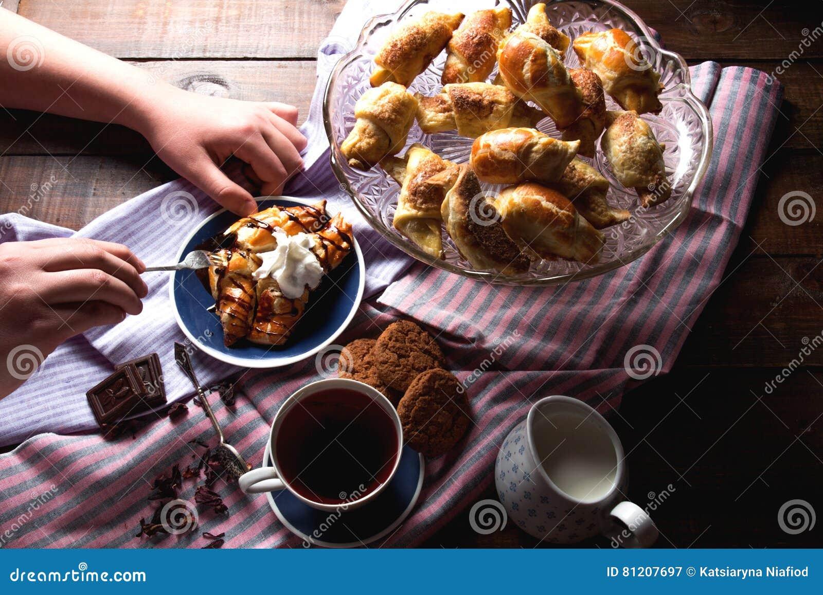 Croissant del cioccolato con tè ed i biscotti