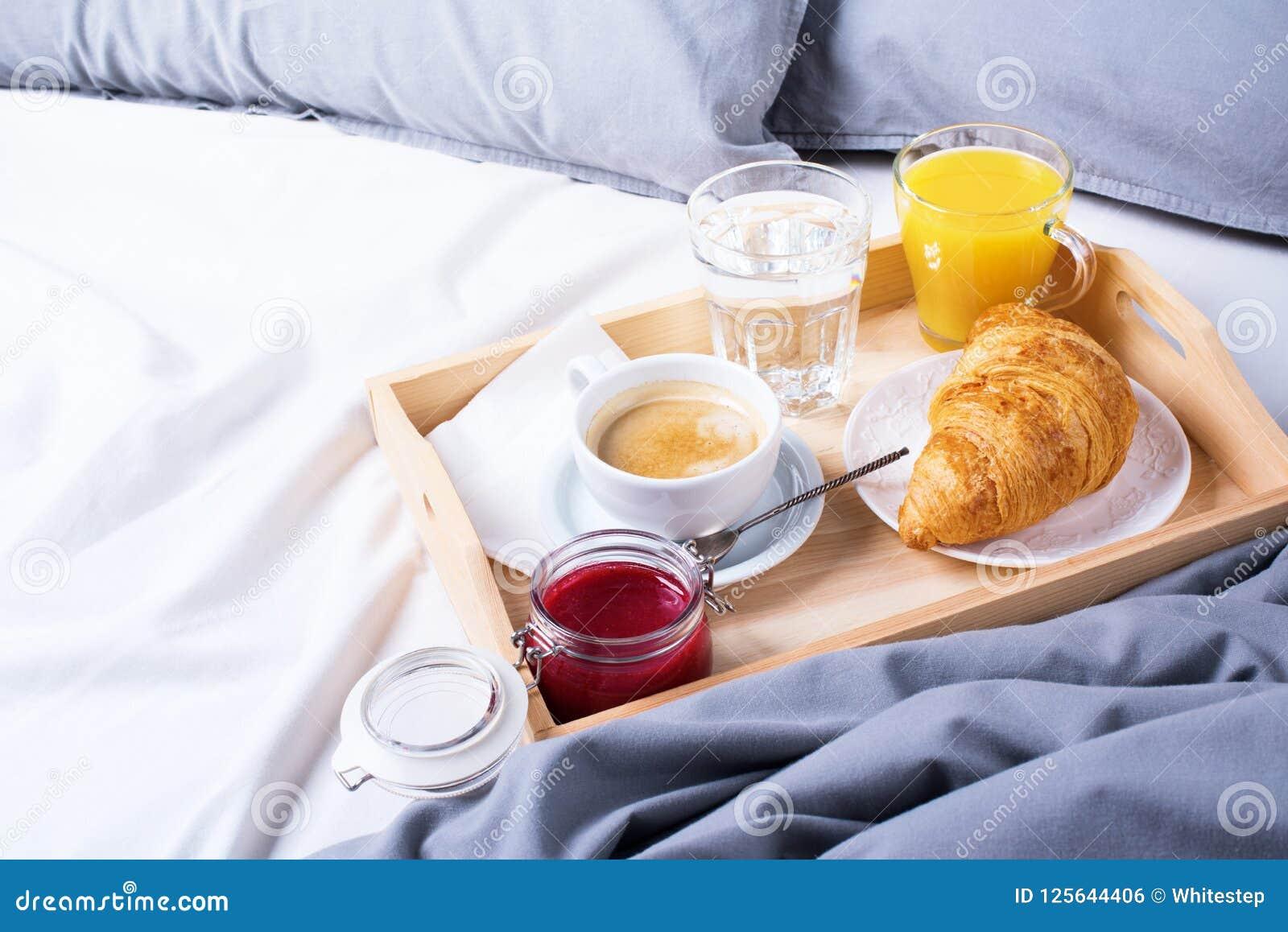 Croissant di legno del caffè del vassoio del pezzo di terra coltivato alla prima colazione di mattina