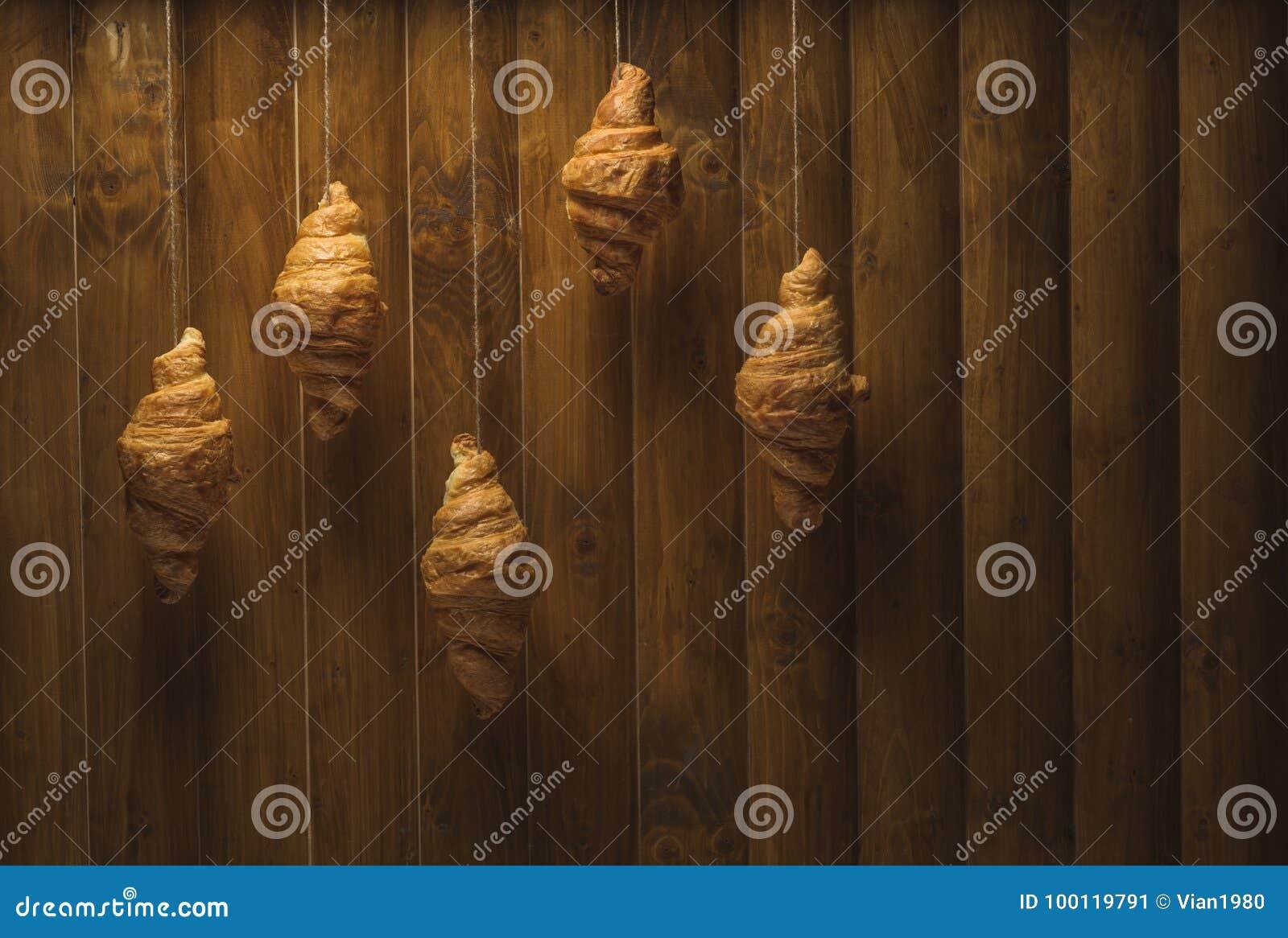 Croissant dorati su fondo di legno