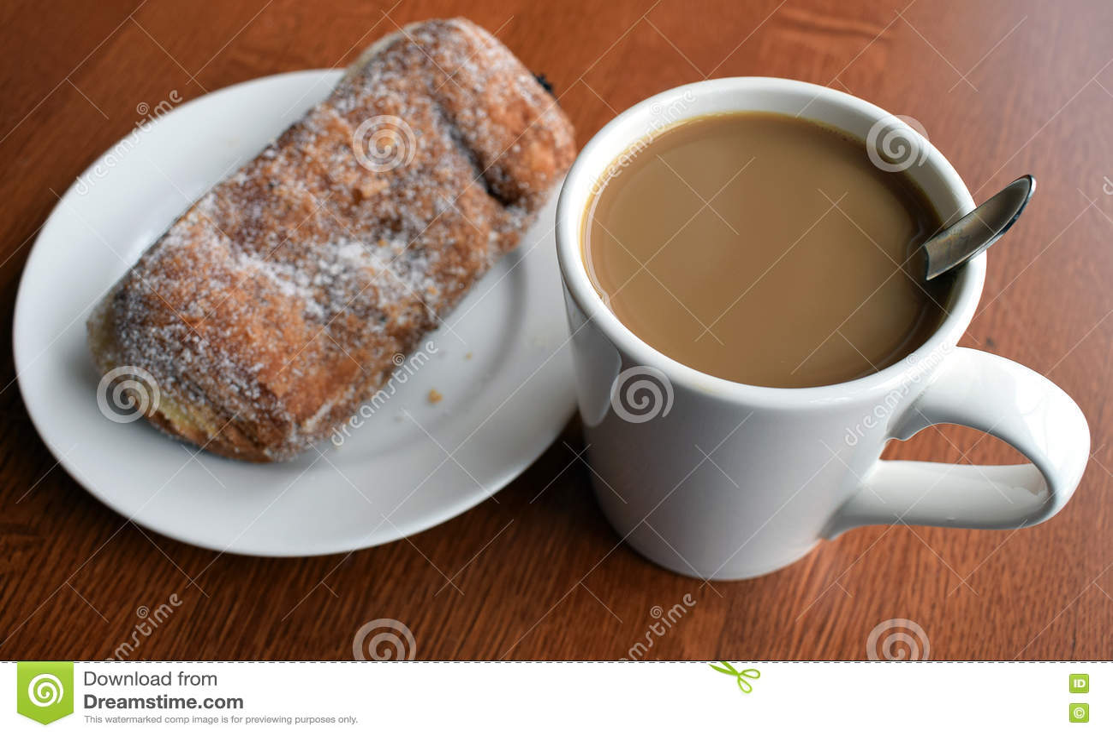 Croissant doux et une cuvette de café à l arrière-plan