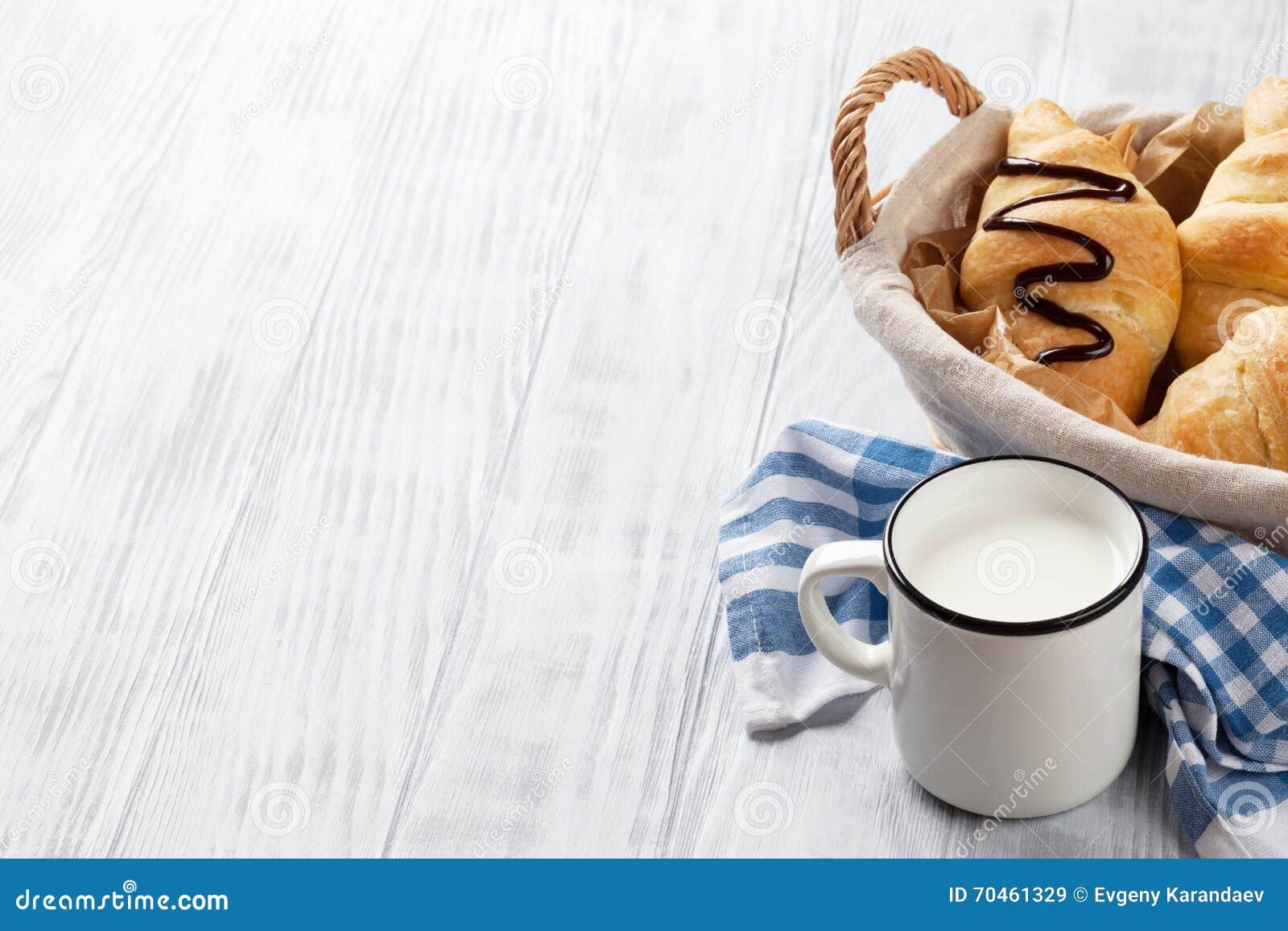 Croissant e latte freschi
