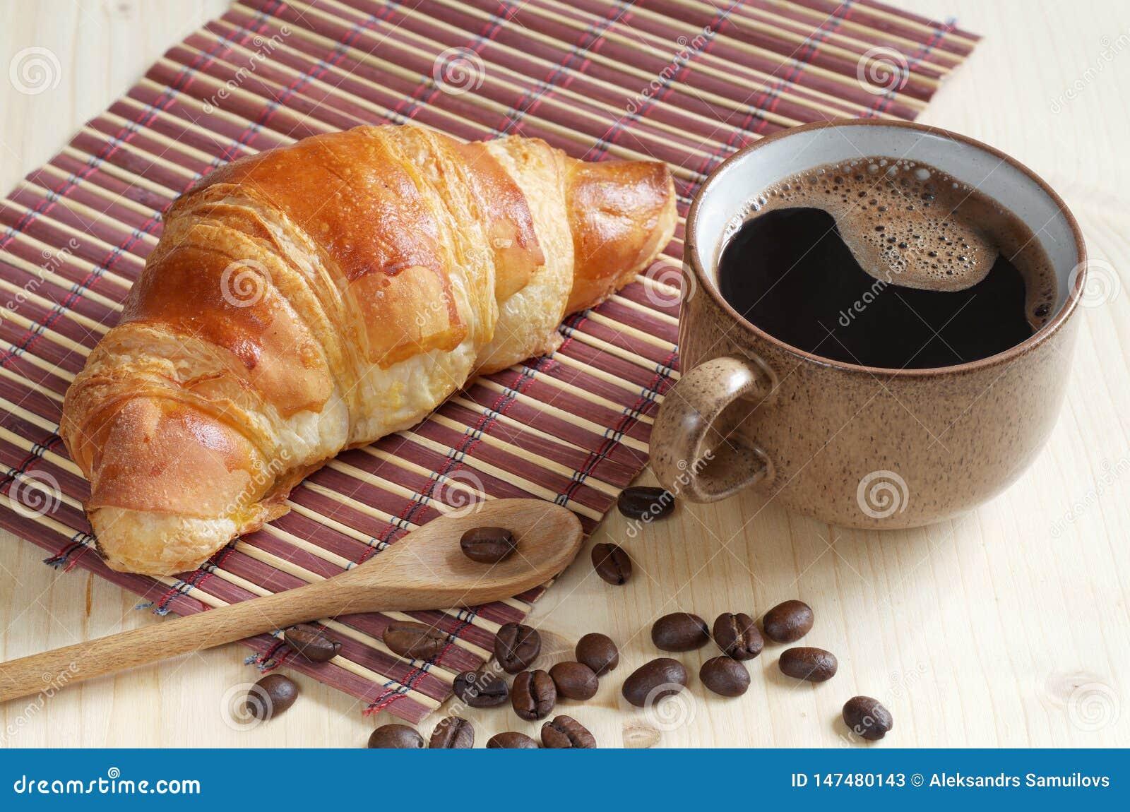 Croissant e tazza di caff?