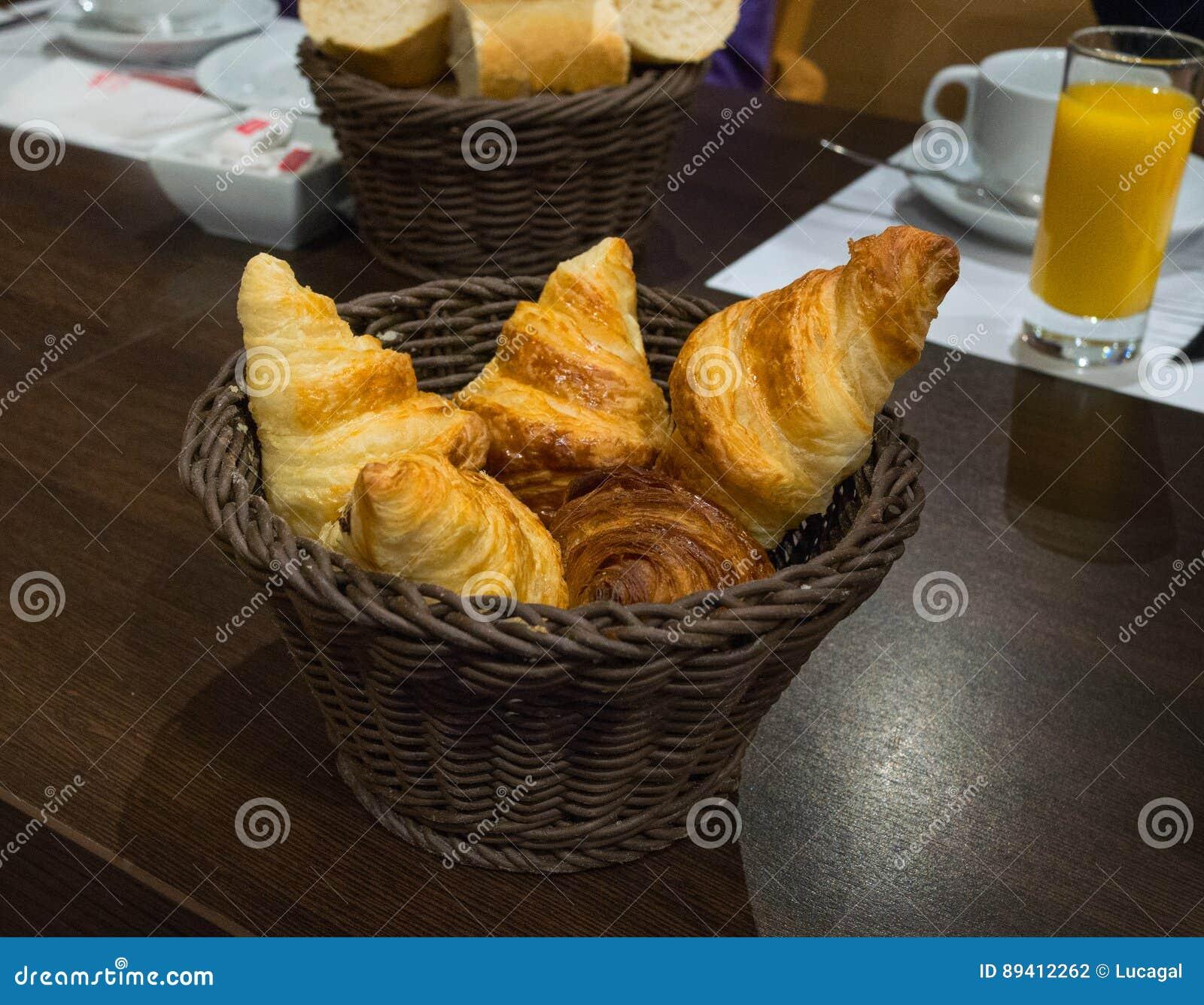 Croissant francês recentemente cozido em uma cesta de vime