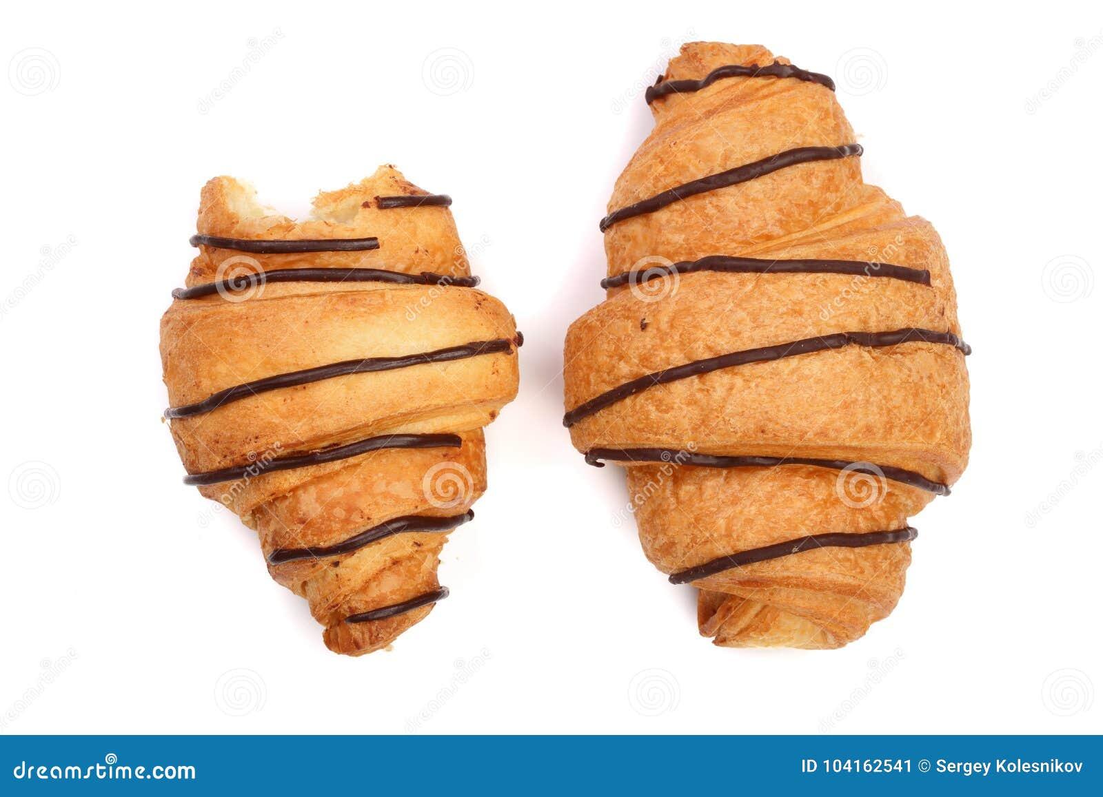 Croissant mordu décoré de la crème au chocolat d isolement sur le fond blanc, vue supérieure