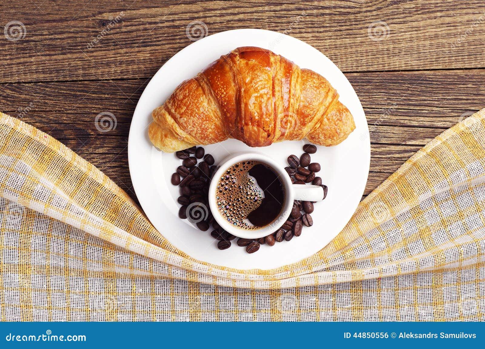 Croissant y taza de café
