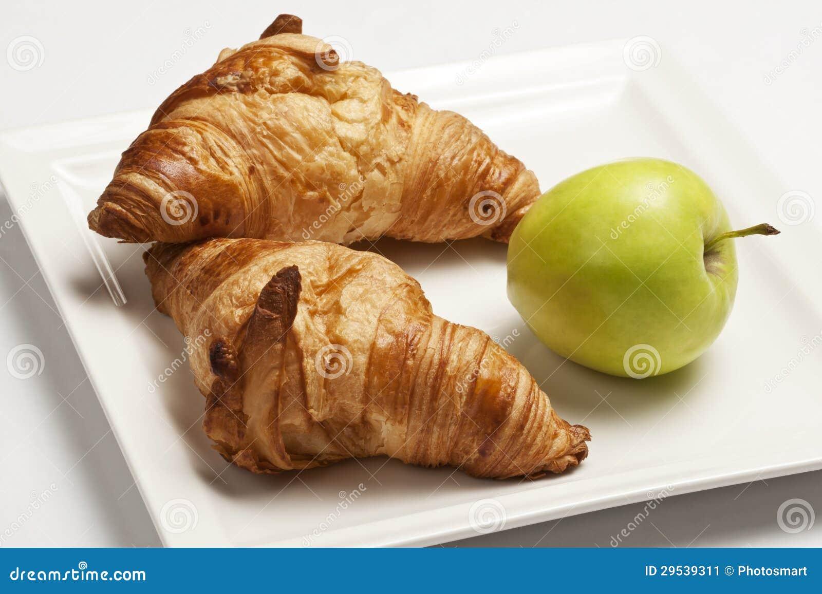 Croissants e maçã para o pequeno almoço