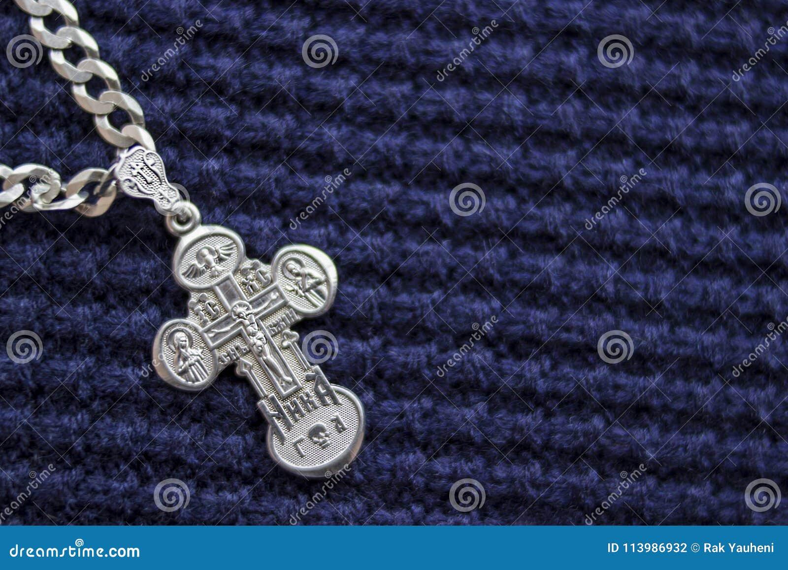 Croix argentée sur un fond bleu Symbole de la foi christianisme