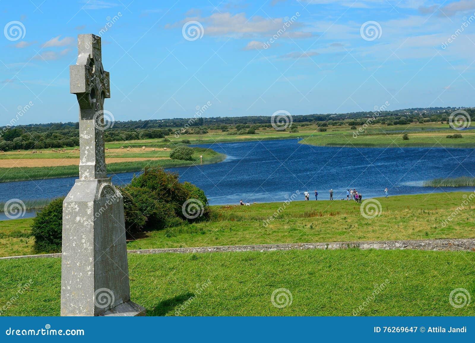 Croix Celtique Et La Rivière Shannon, Clonmacnoise, Irlande