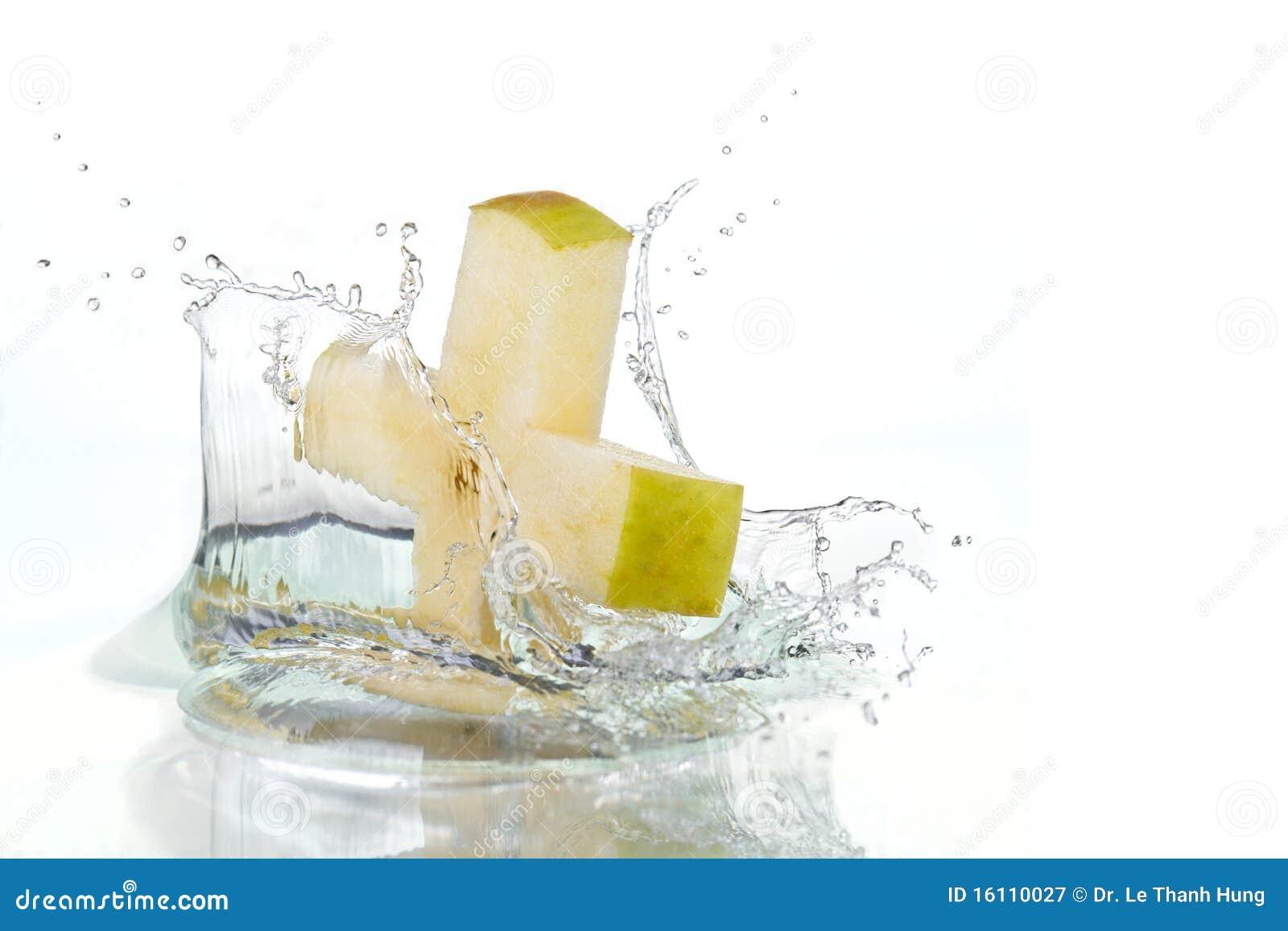 Croix d Apple éclaboussant dans l eau