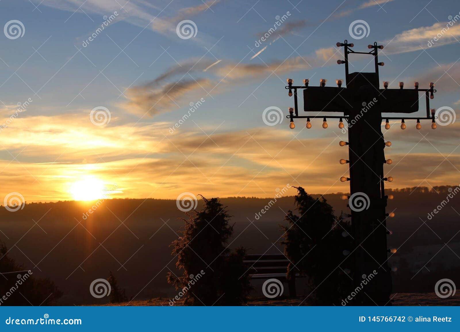 Croix de coucher du soleil sur Montain