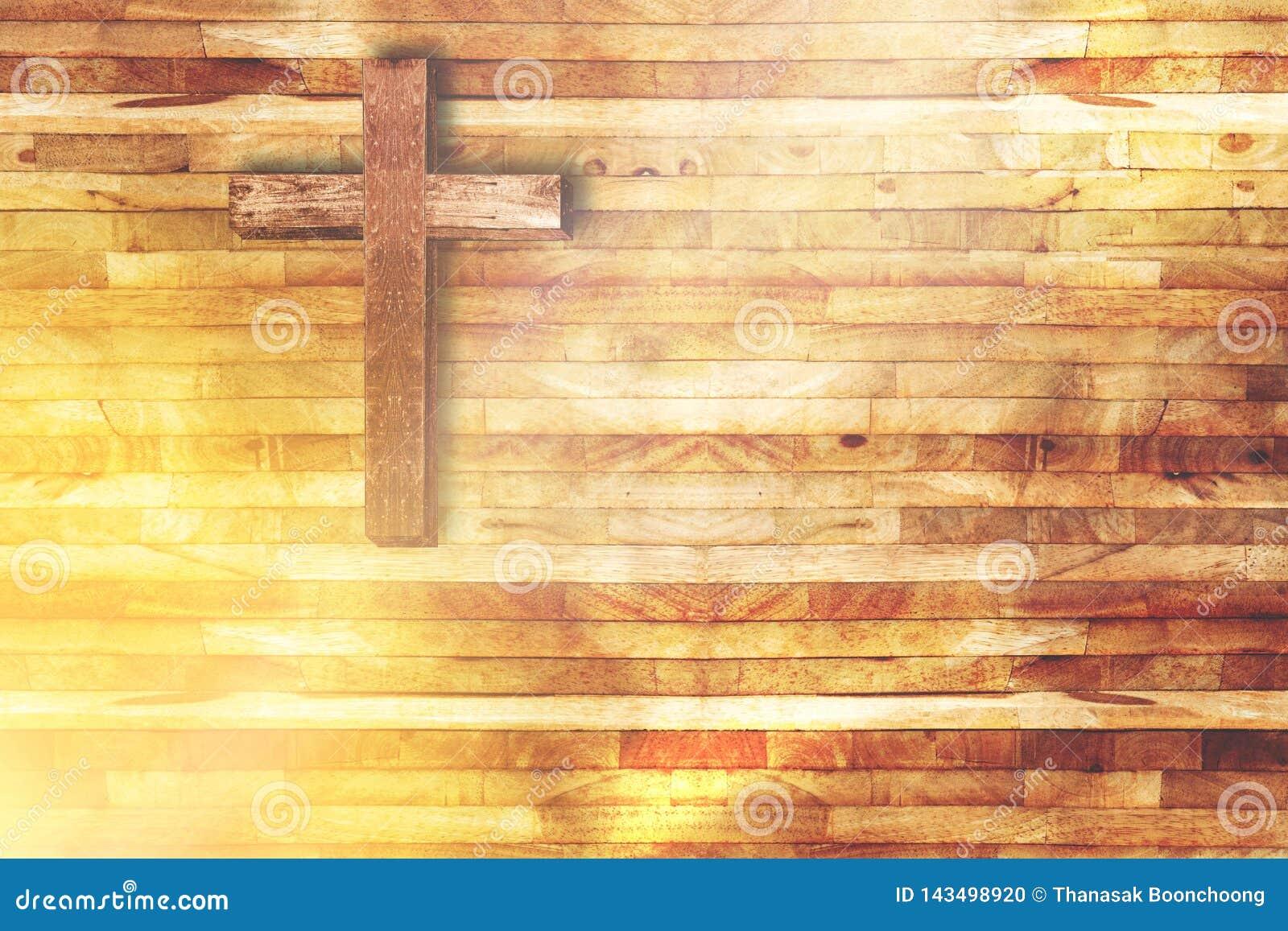 Croix en bois sur le fond en bois dans l église avec le rayon de la lumière