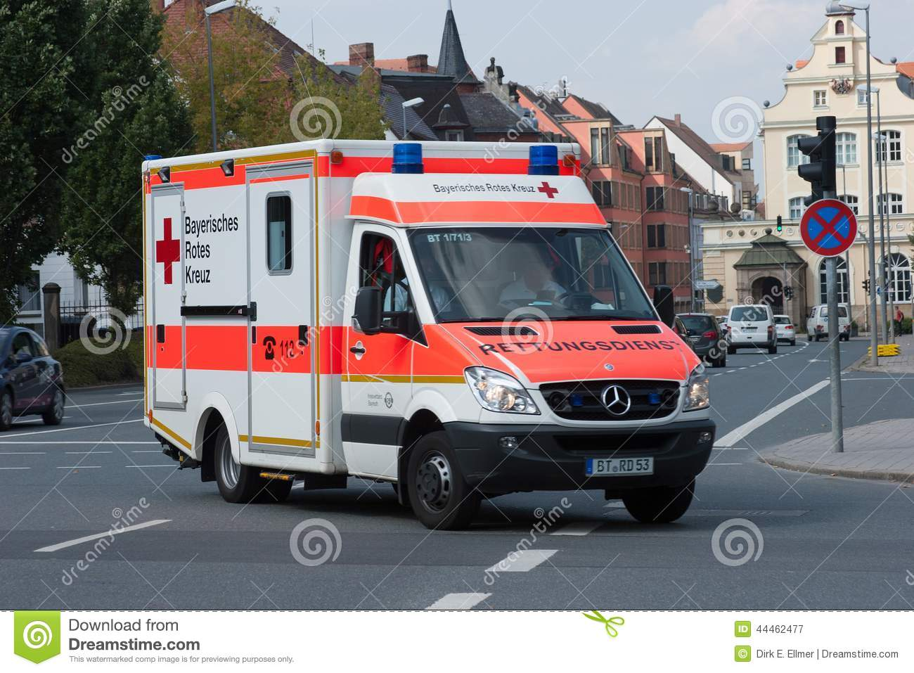 croix rouge bavaroise allemande de voiture d 39 ambulance en service photographie ditorial. Black Bedroom Furniture Sets. Home Design Ideas