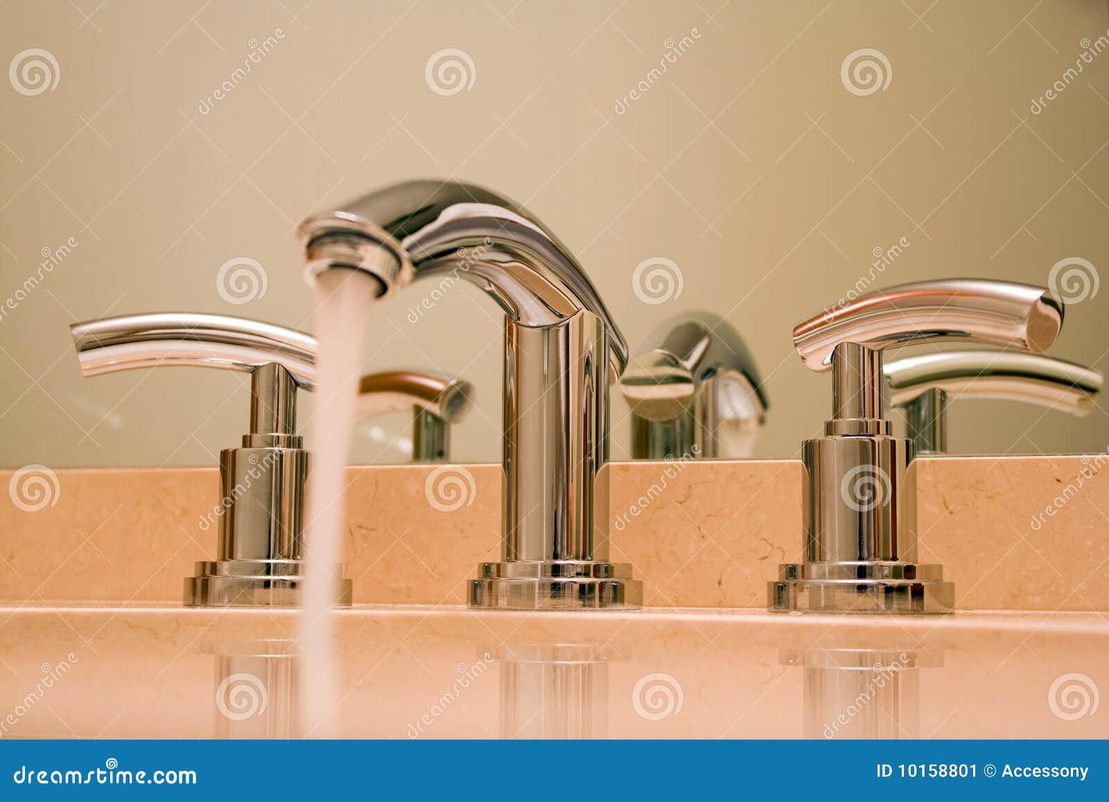 Cromi il rubinetto in stanza da bagno di lusso immagine stock immagine 10158801 - Asciugamani bagno di lusso ...
