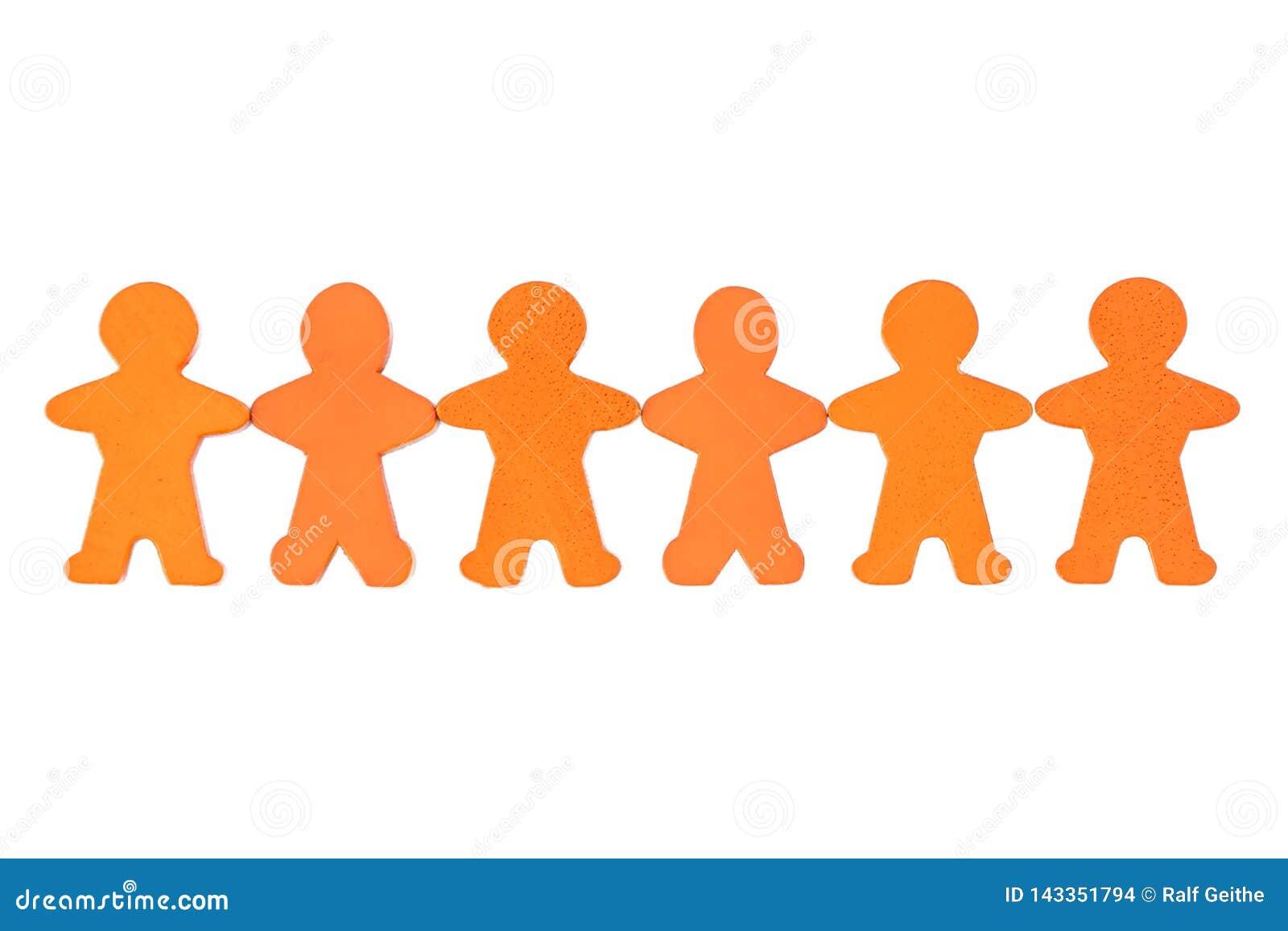 Cropped istota ludzka łańcuch pomarańczowe drewniane postacie przeciw białemu tłu