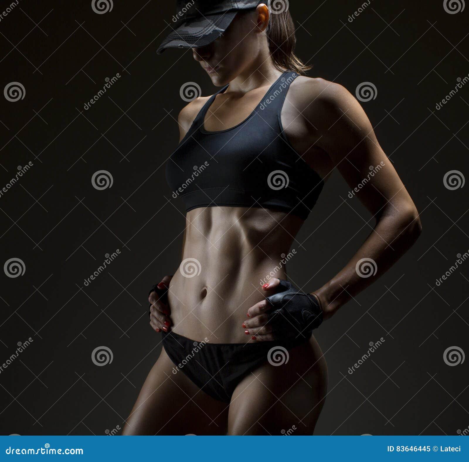 Cropped studio strzelał oszałamiająco gorący sporty ciało sprawności fizycznej kobieta